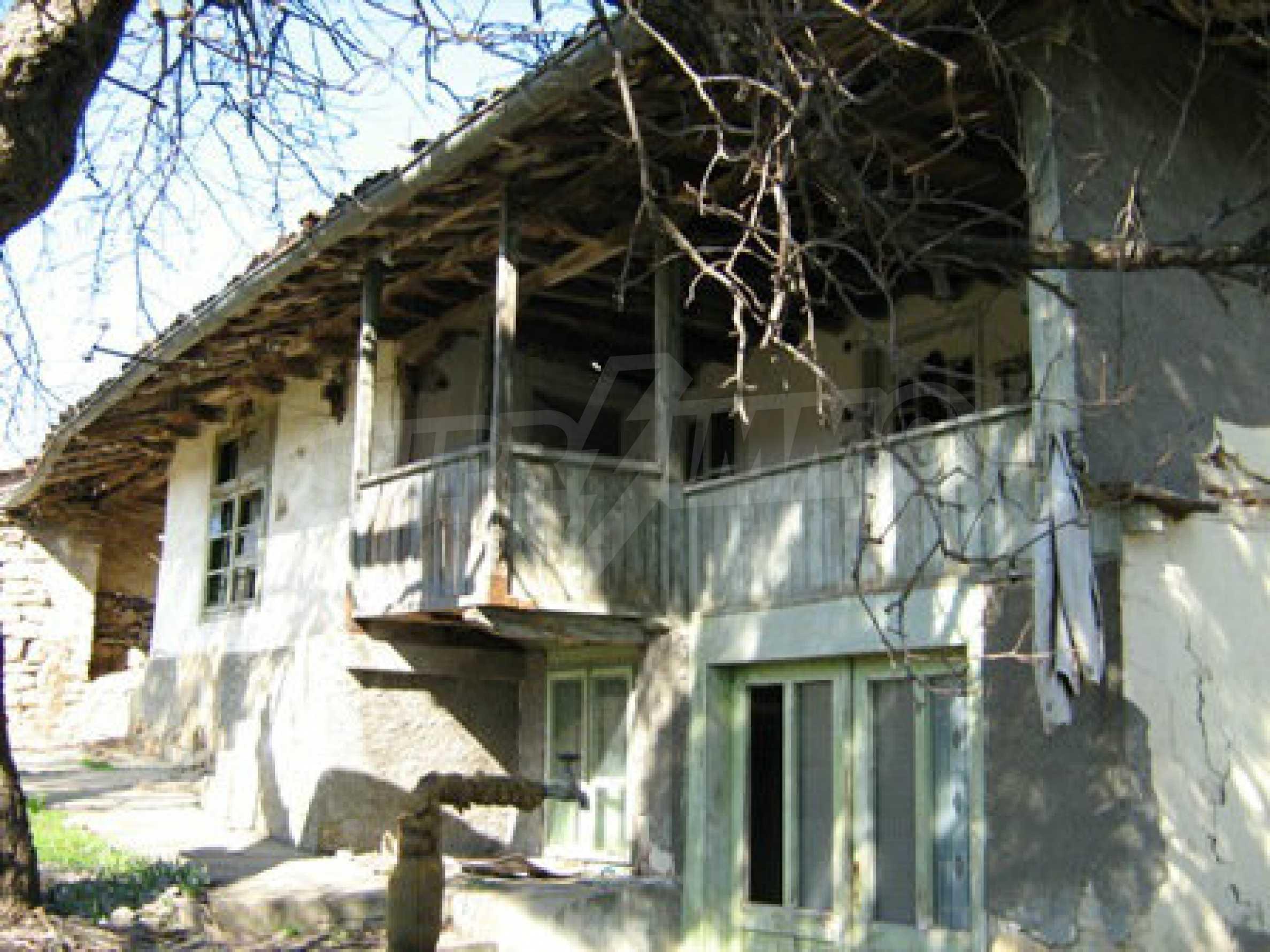 Ein altes authentisches Haus mit einem großen Garten in der Nähe der alten Hauptstadt