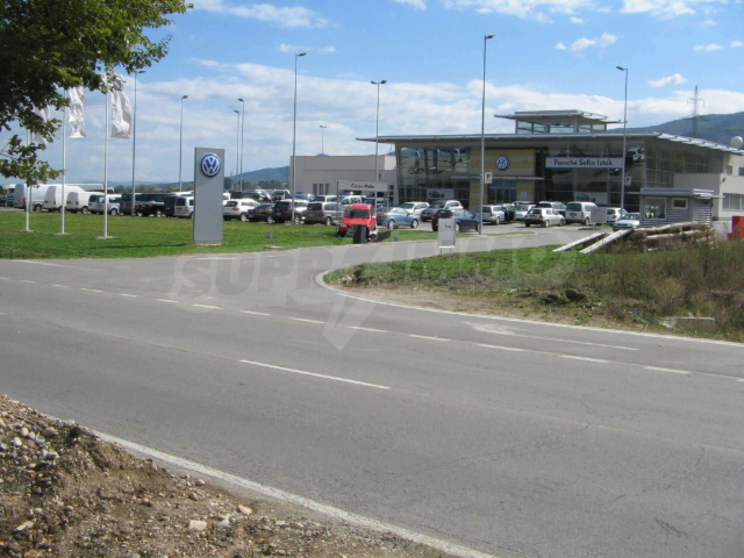 Участок на кольцевой дороге прямо напротив центра Porsche