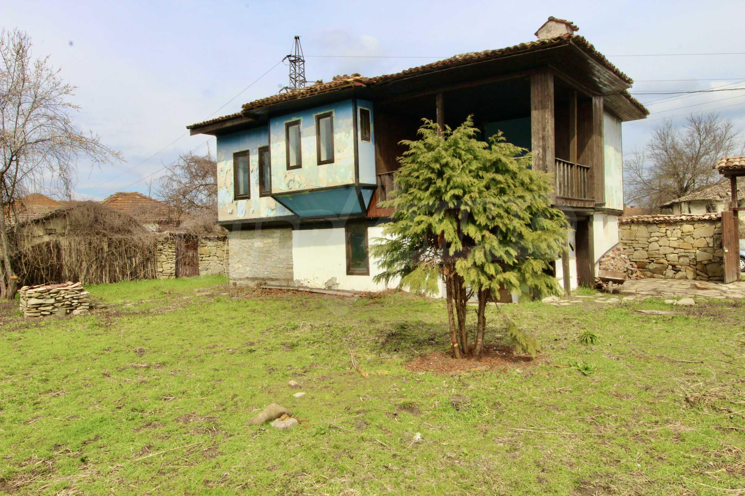 Двуетажна къща с голпм двор в село на 30 км от Велико Търново