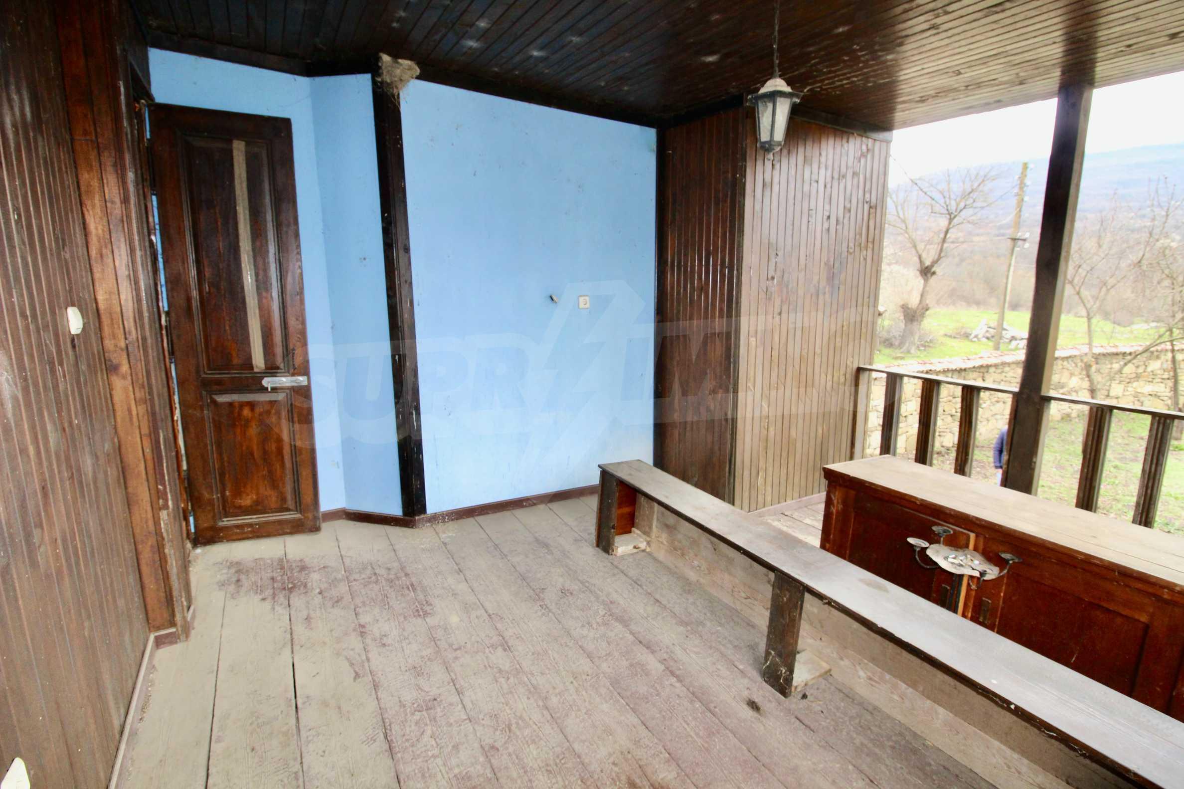 Двуетажна къща с голпм двор в село на 30 км от Велико Търново  12