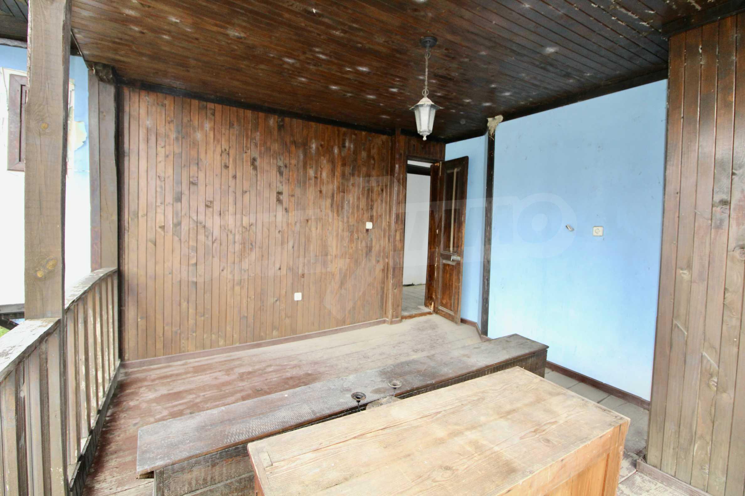 Двуетажна къща с голпм двор в село на 30 км от Велико Търново  13