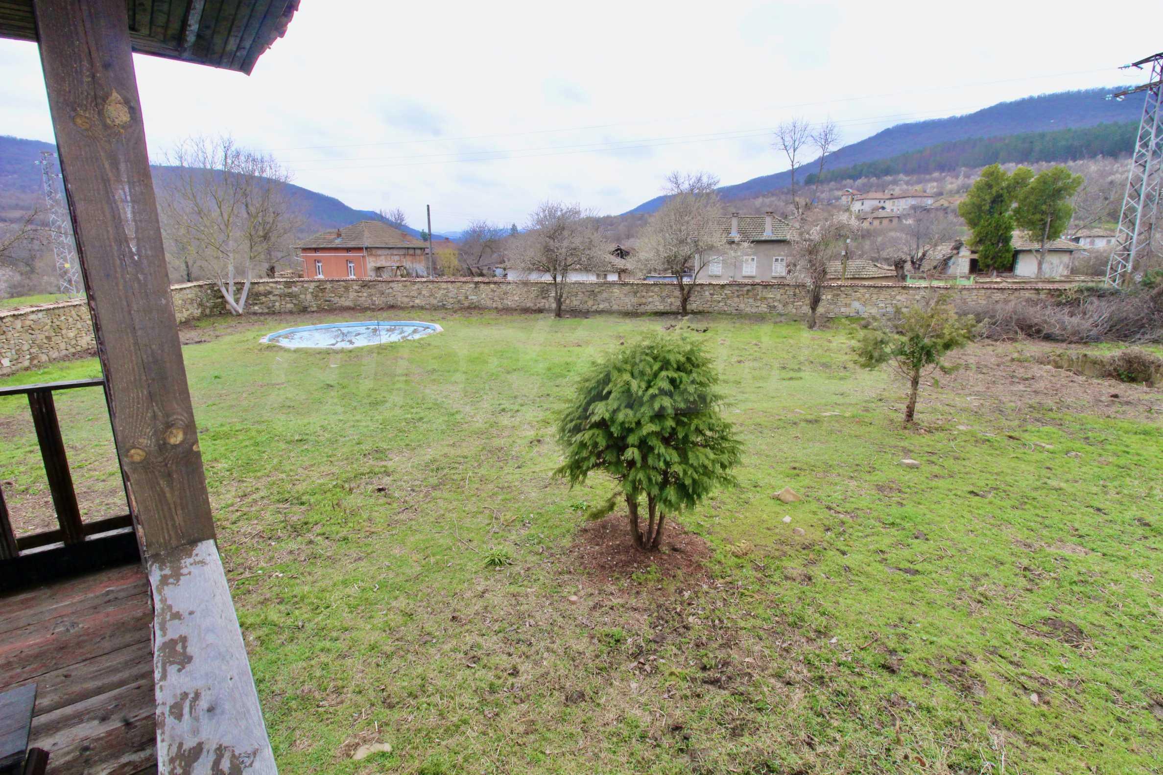 Двуетажна къща с голпм двор в село на 30 км от Велико Търново  15