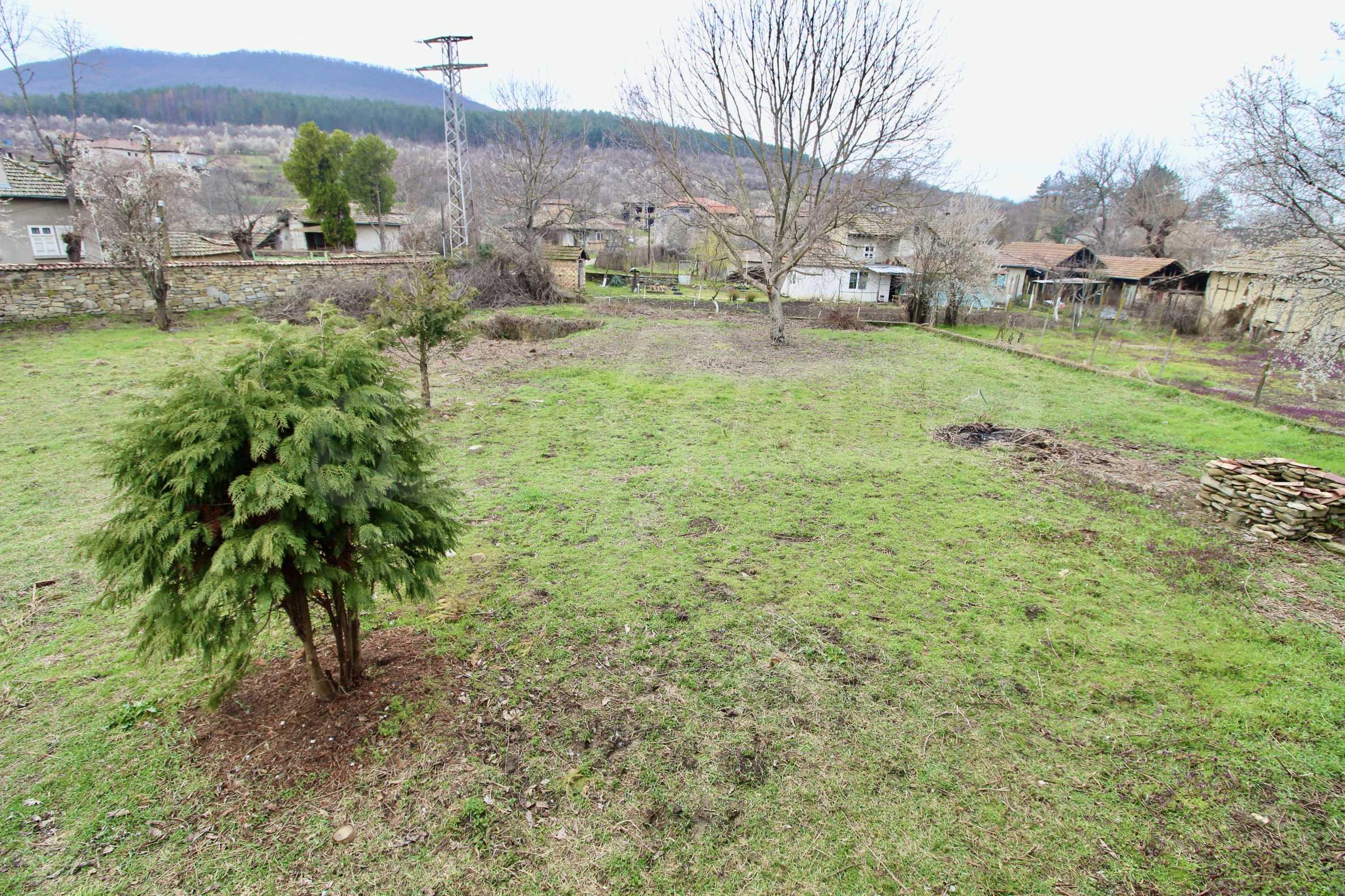 Двуетажна къща с голпм двор в село на 30 км от Велико Търново  16