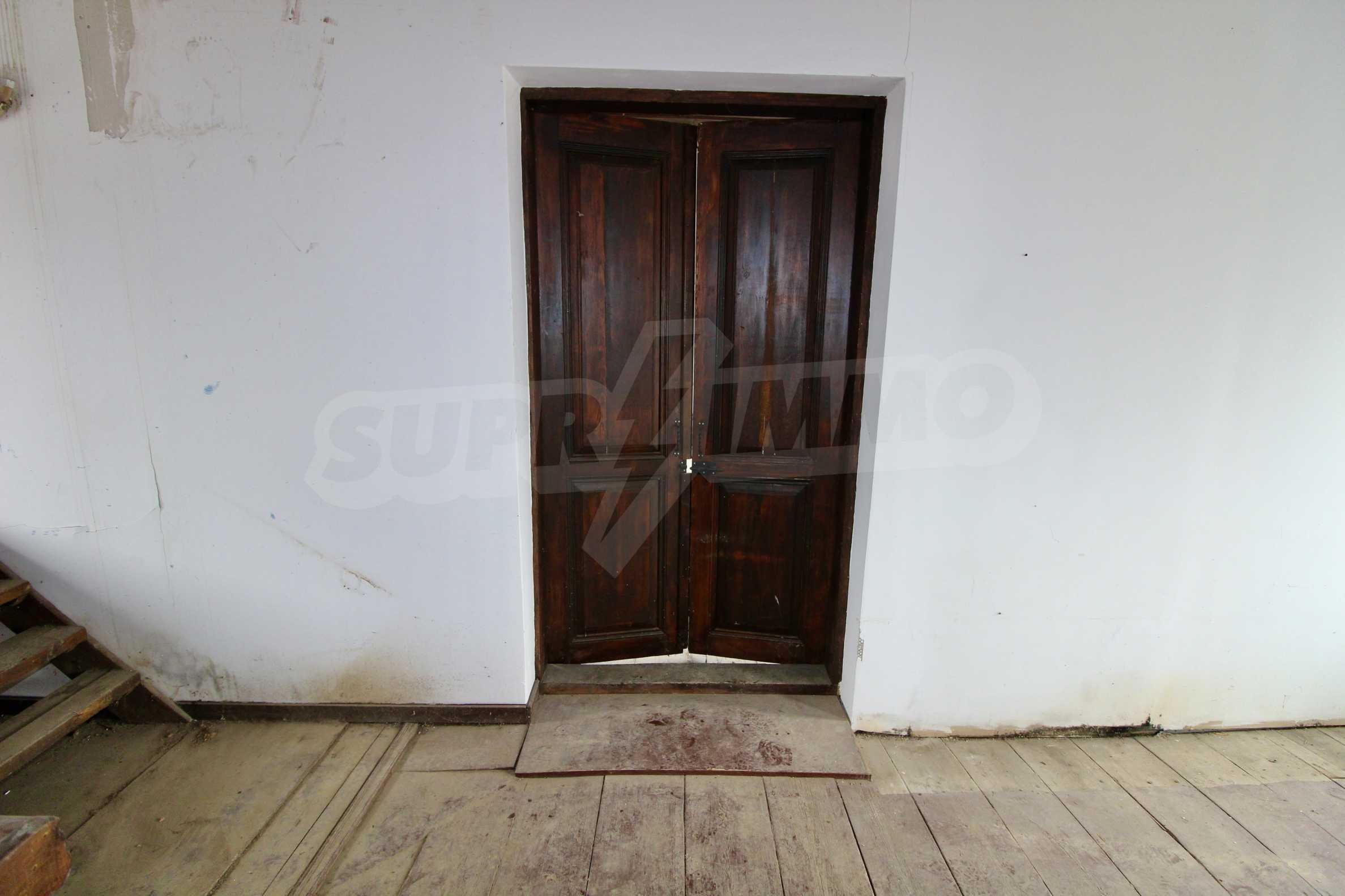 Двуетажна къща с голпм двор в село на 30 км от Велико Търново  17