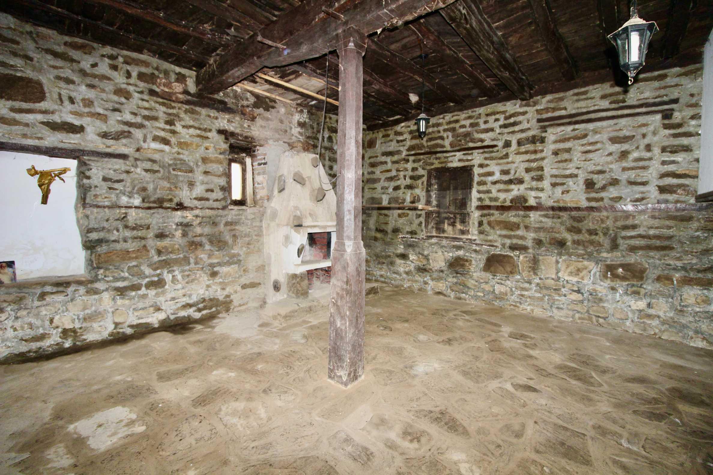 Двуетажна къща с голпм двор в село на 30 км от Велико Търново  24