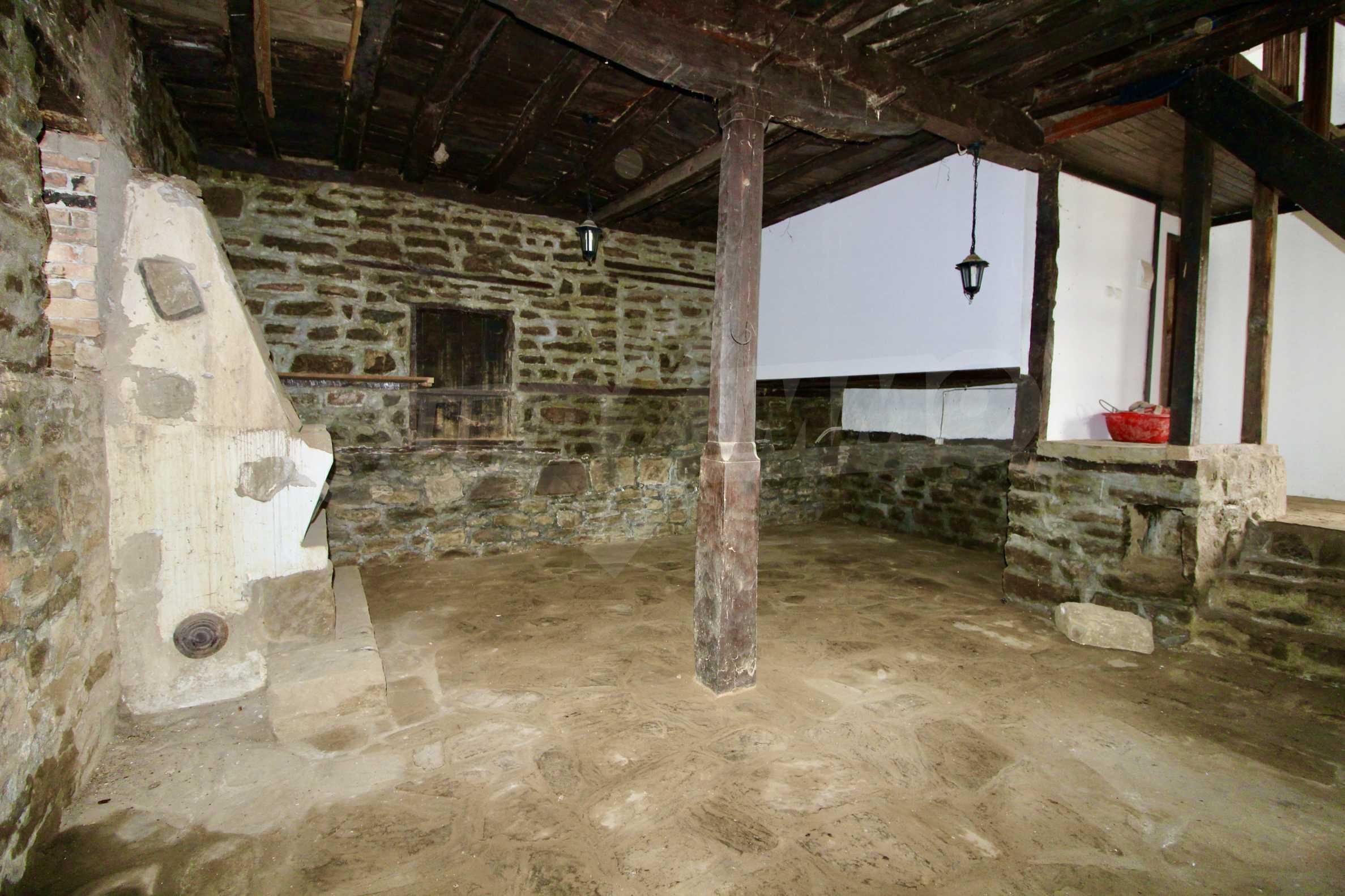 Двуетажна къща с голпм двор в село на 30 км от Велико Търново  25