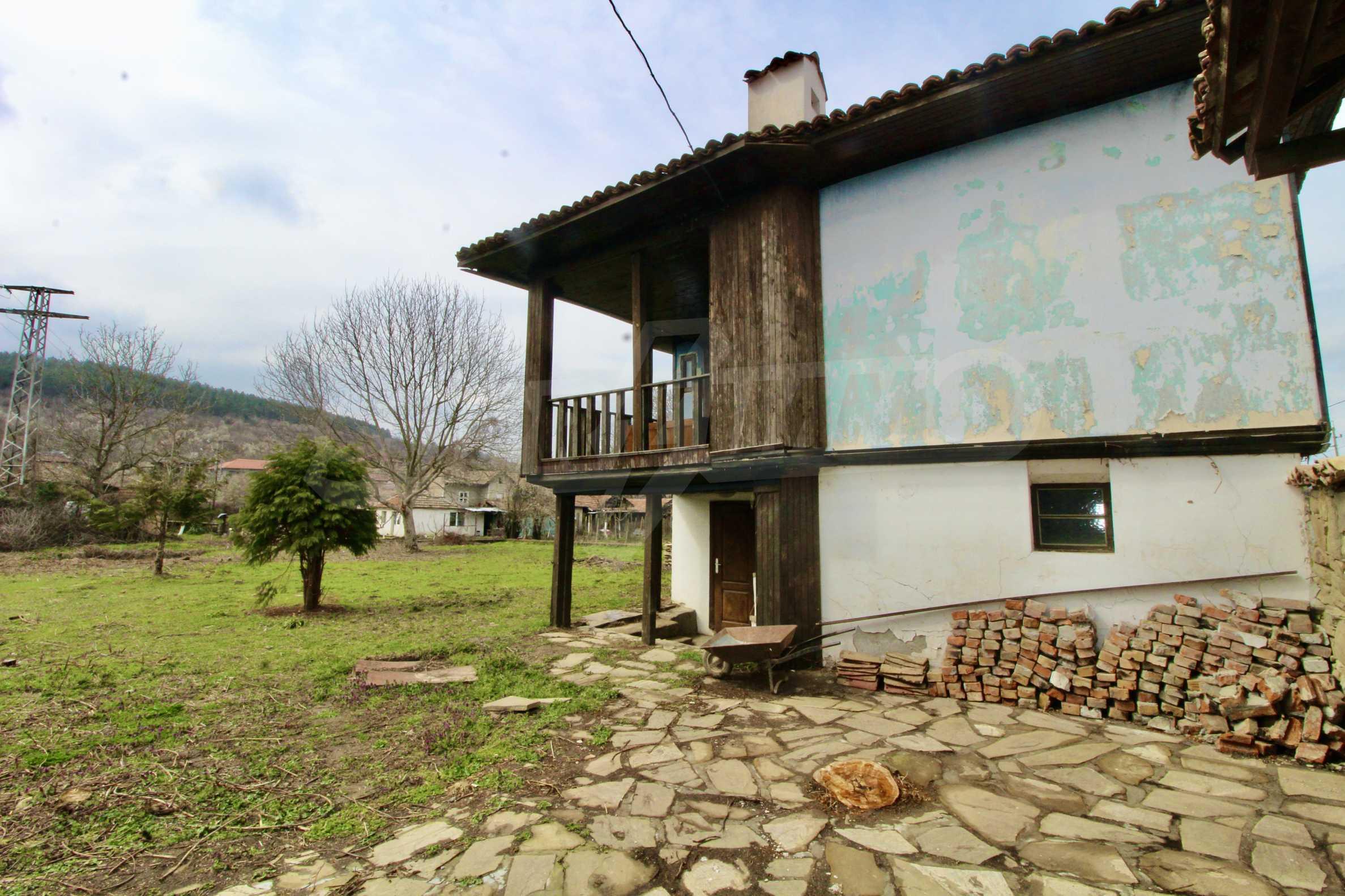 Двуетажна къща с голпм двор в село на 30 км от Велико Търново  38