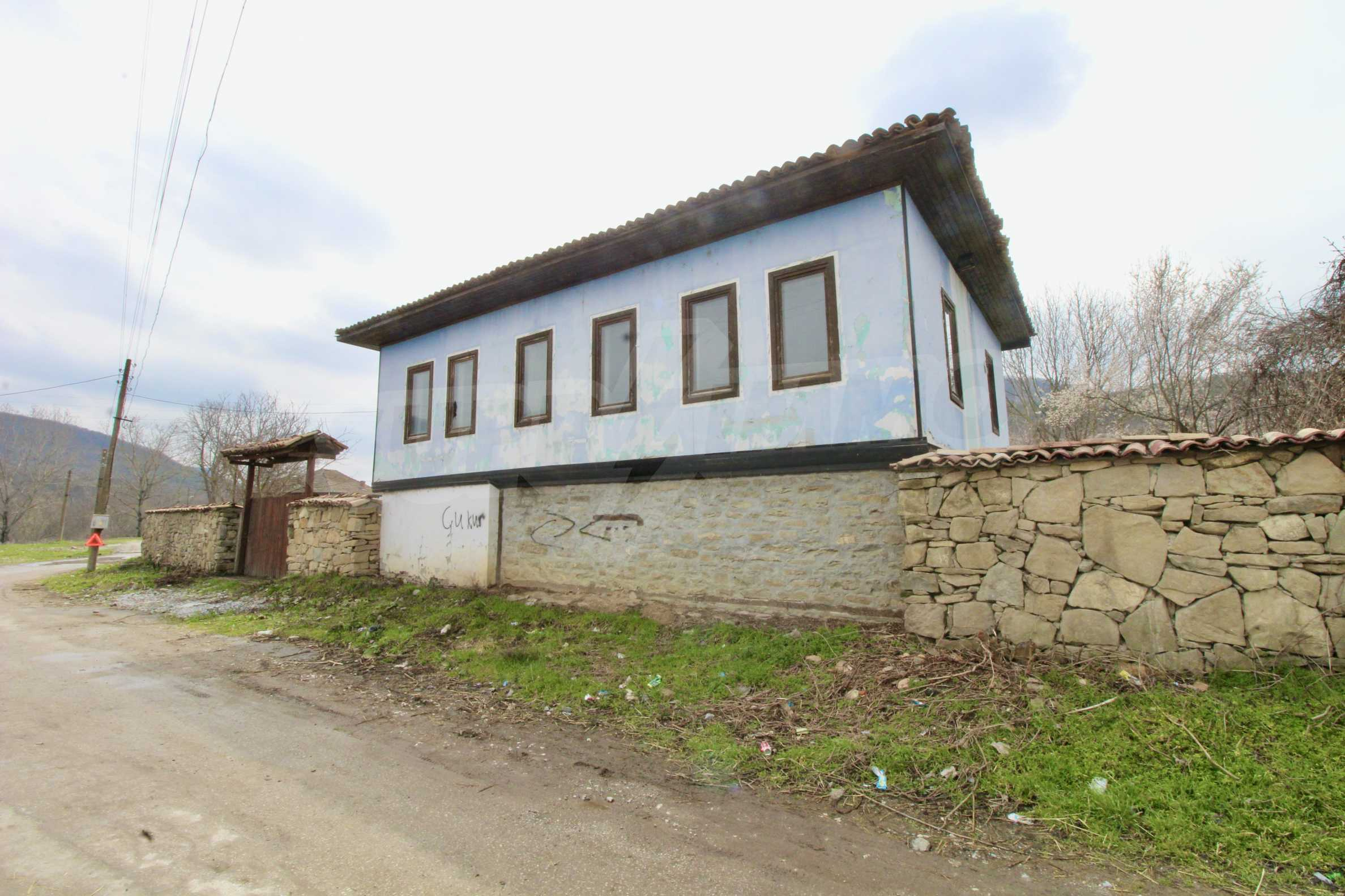 Двуетажна къща с голпм двор в село на 30 км от Велико Търново  41
