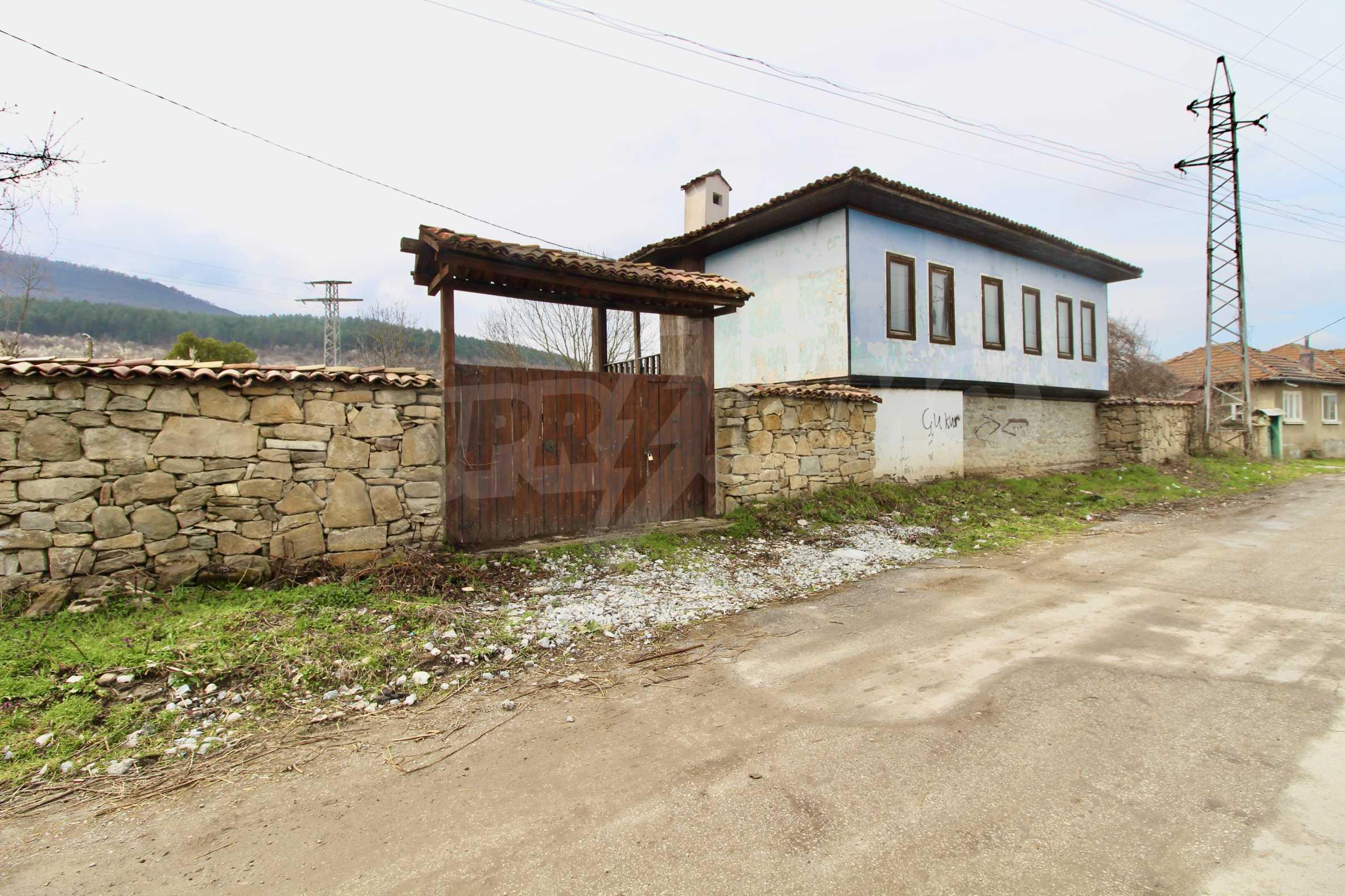 Двуетажна къща с голпм двор в село на 30 км от Велико Търново  44