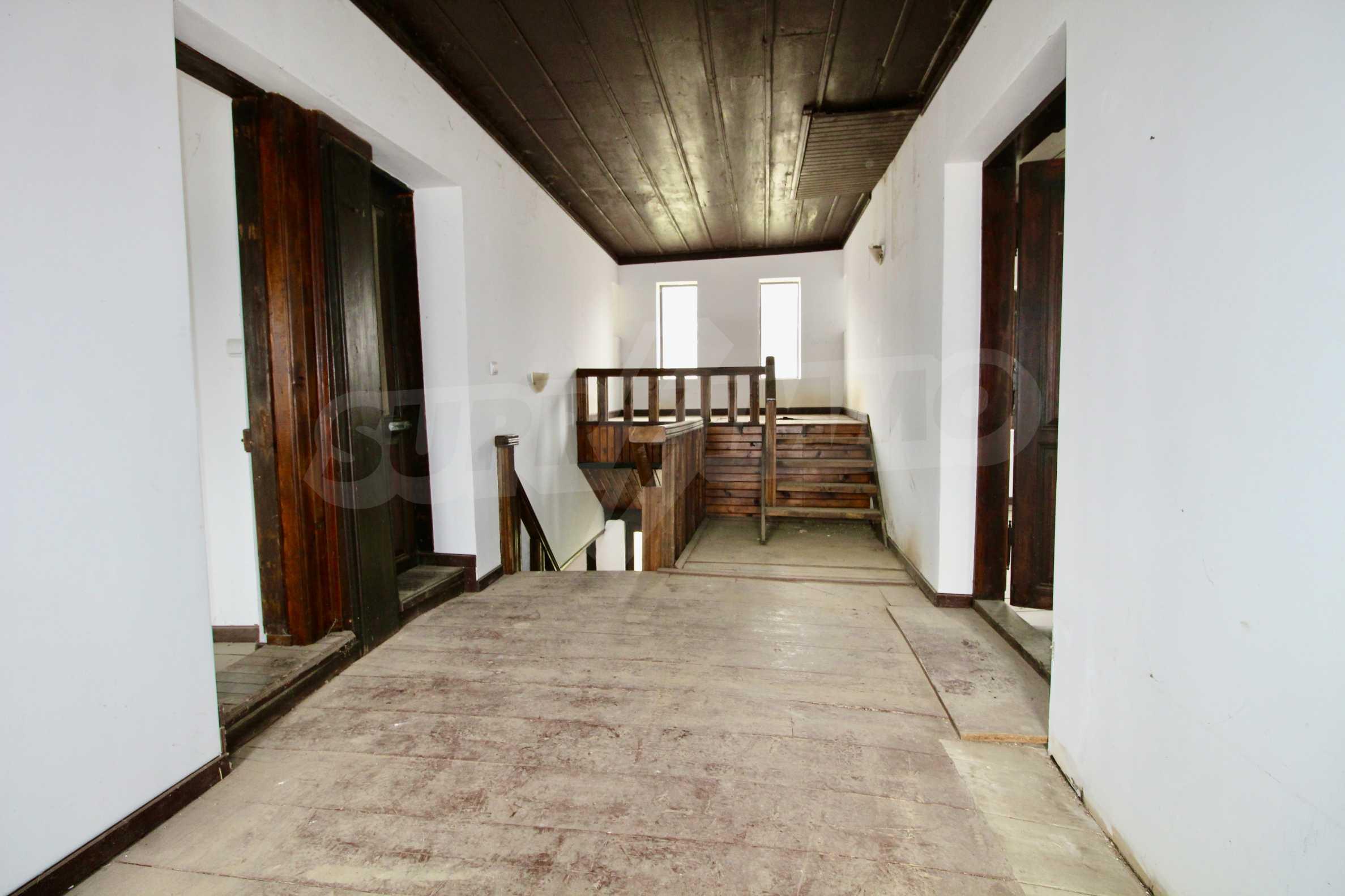 Двуетажна къща с голпм двор в село на 30 км от Велико Търново  7