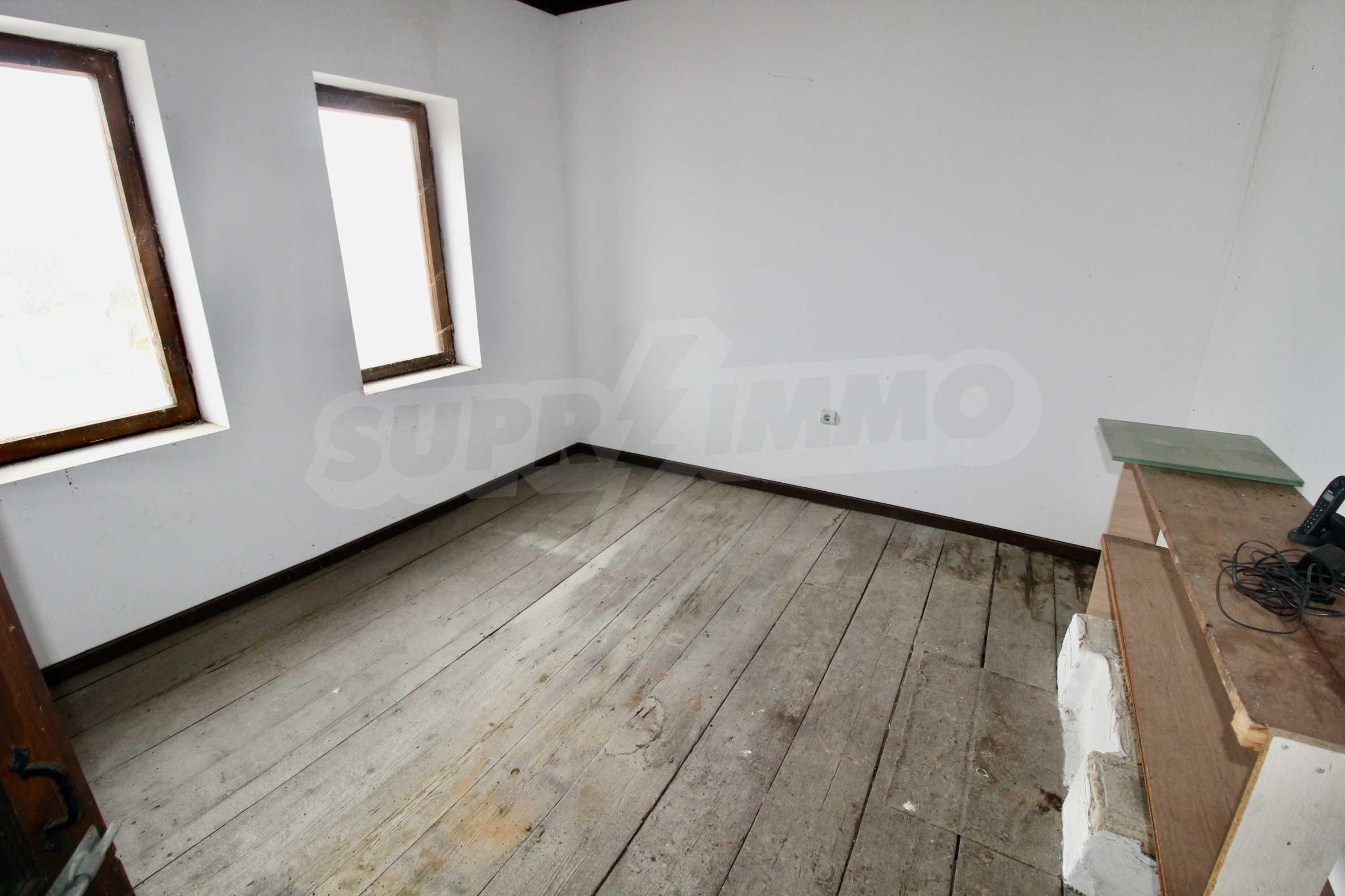 Двуетажна къща с голпм двор в село на 30 км от Велико Търново  8