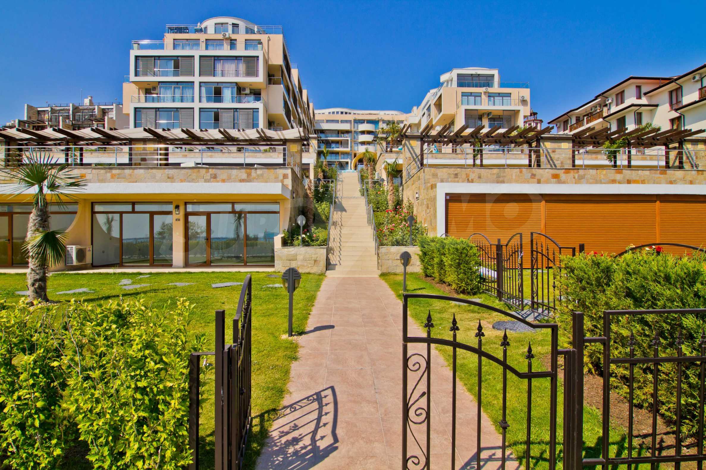 Изискани апартаменти и екстри в комплекс на първа линия море 13