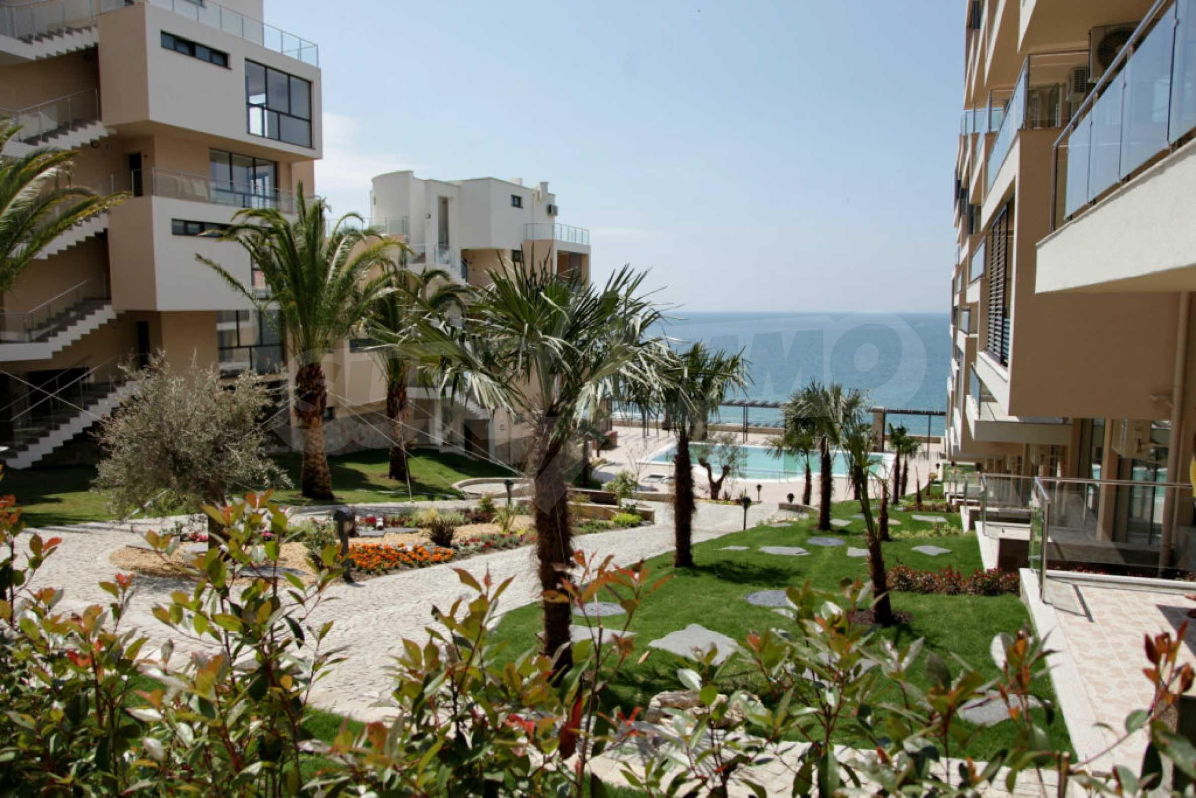 Изискани апартаменти и екстри в комплекс на първа линия море 16
