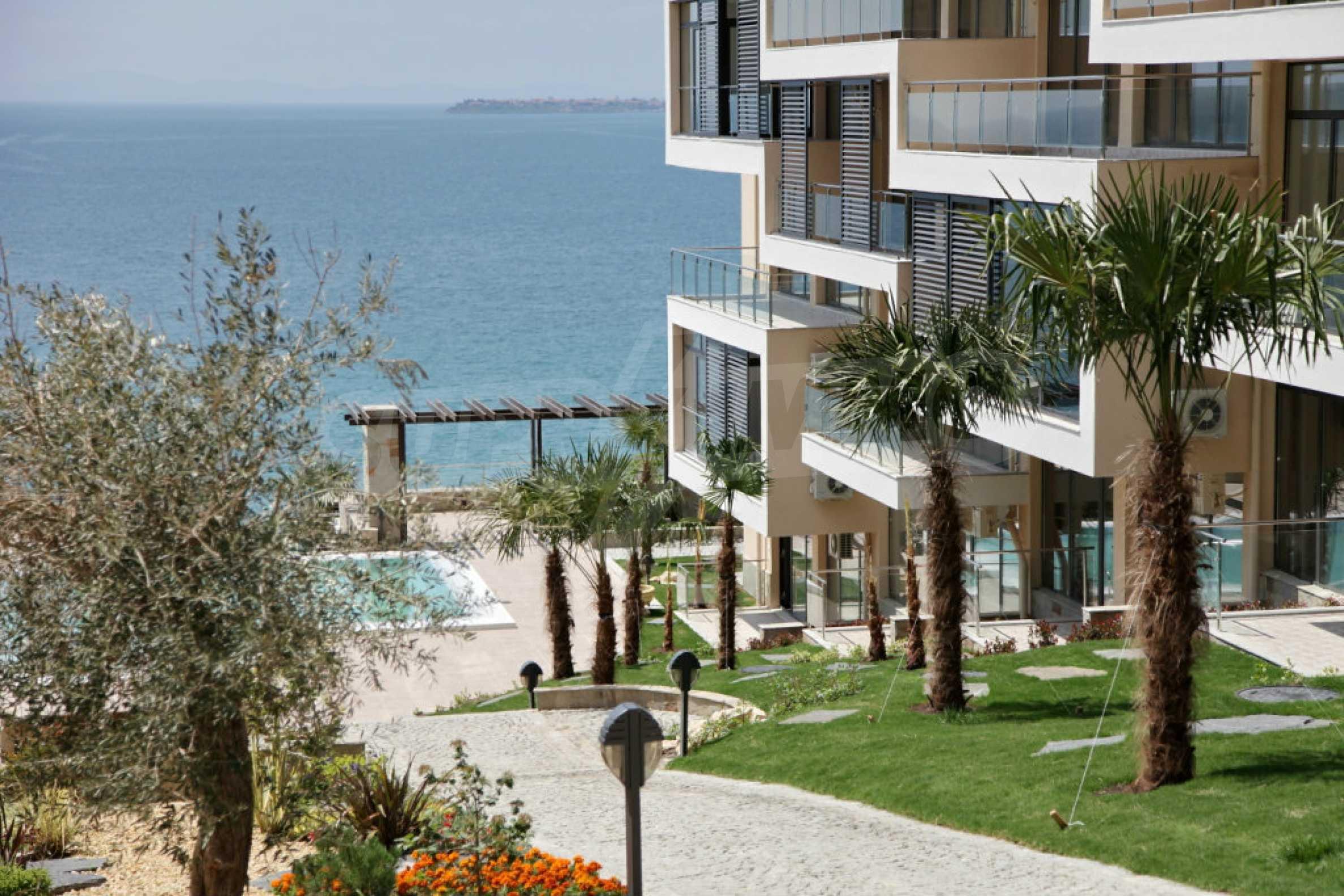 Изискани апартаменти и екстри в комплекс на първа линия море 18