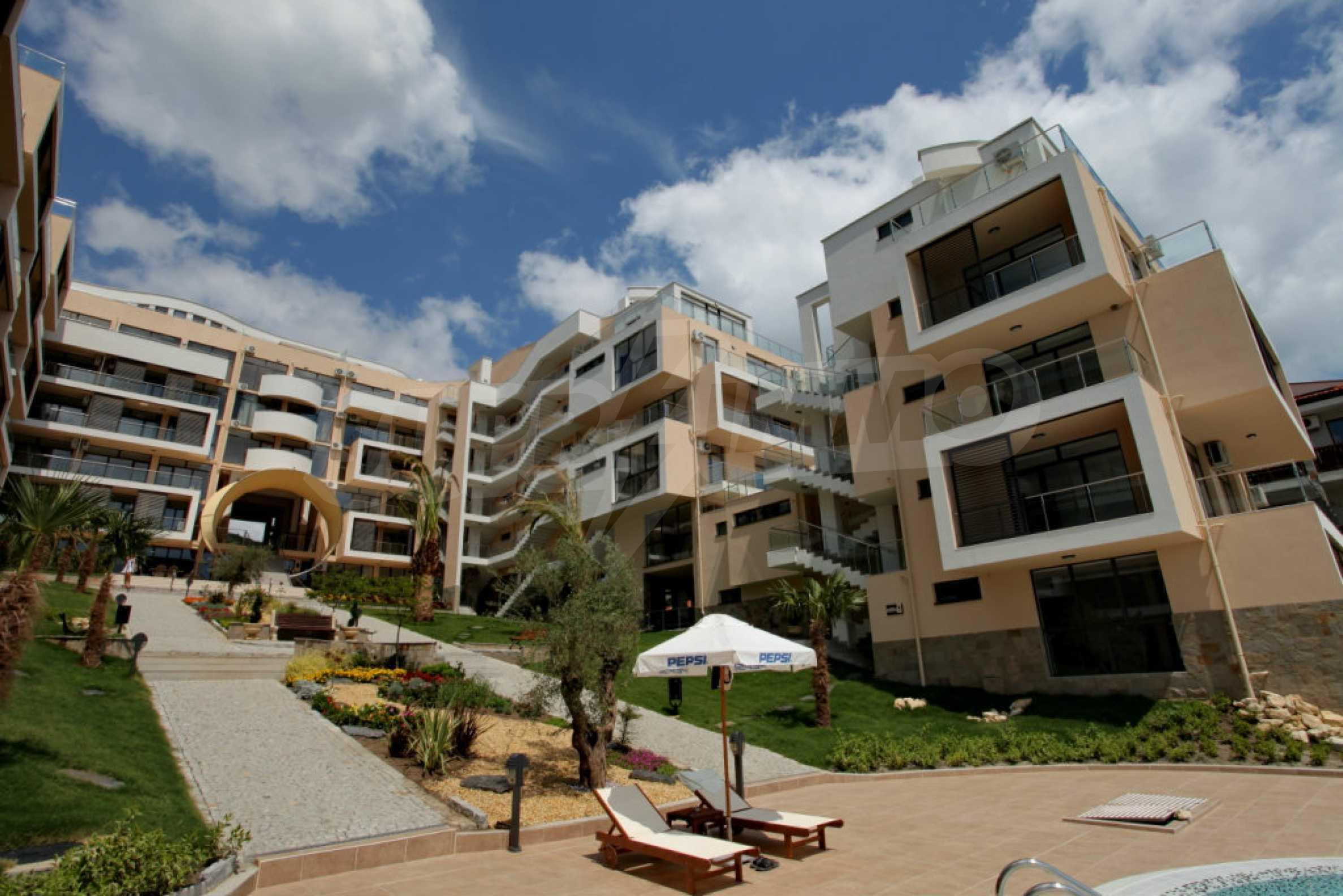 Изискани апартаменти и екстри в комплекс на първа линия море 20
