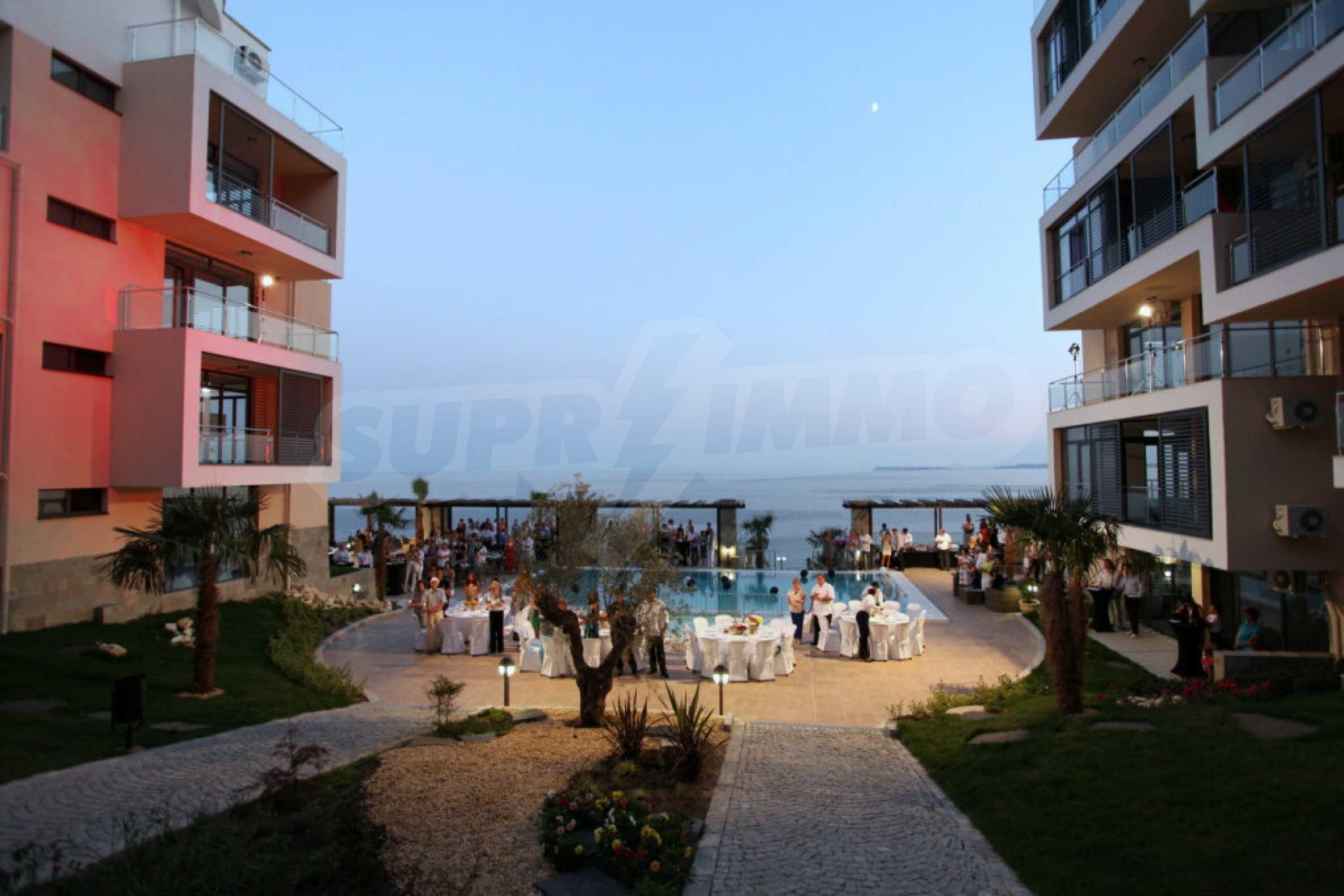 Изискани апартаменти и екстри в комплекс на първа линия море 27