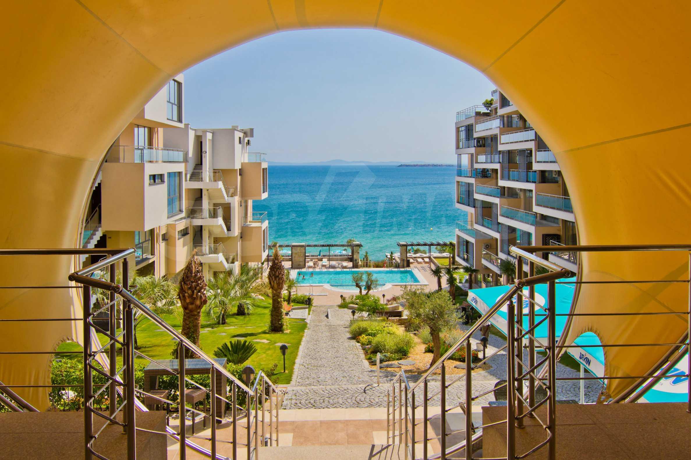 Изискани апартаменти и екстри в комплекс на първа линия море