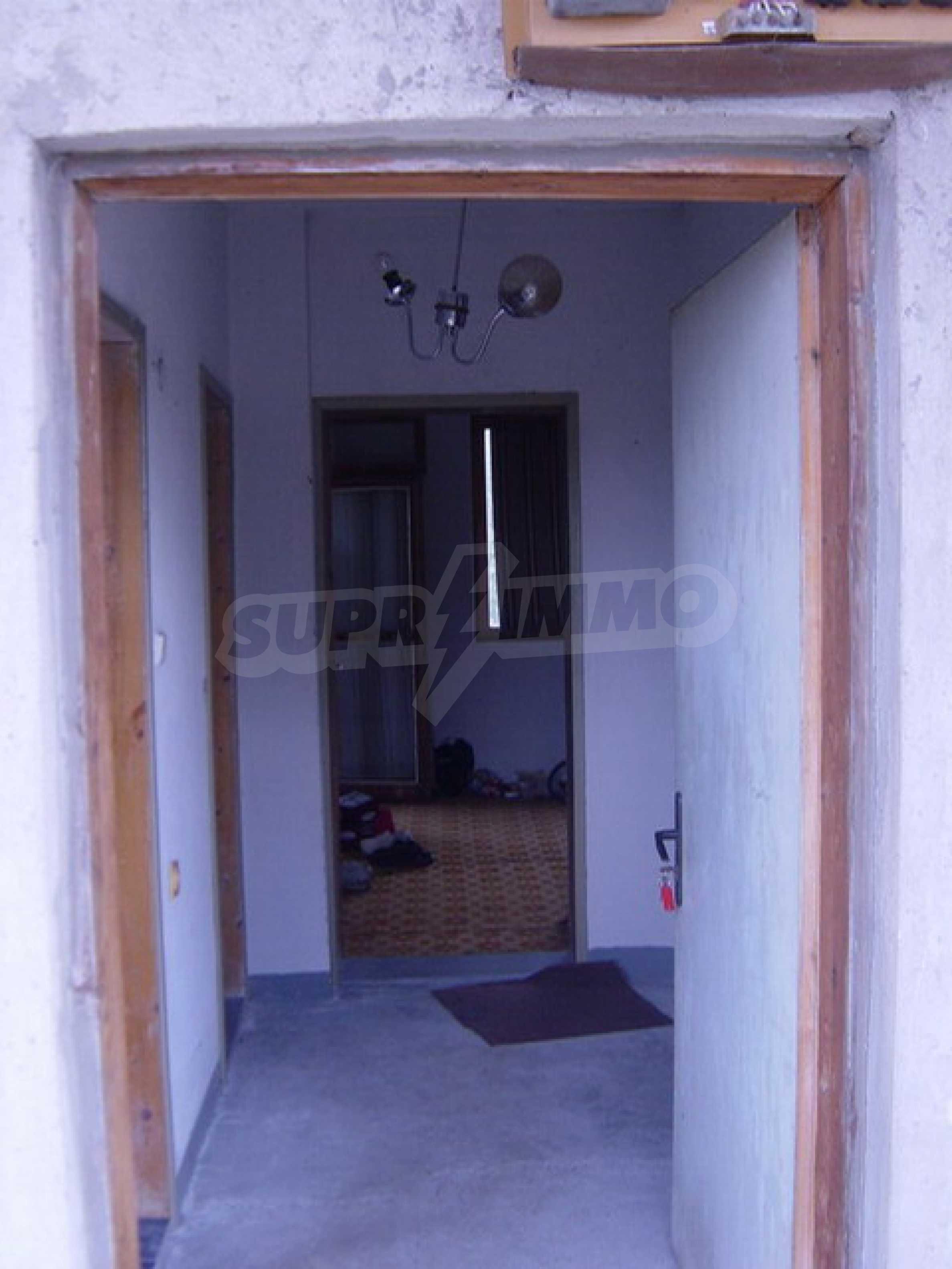 Массивный дом находится в 8 км от города Стражица 7