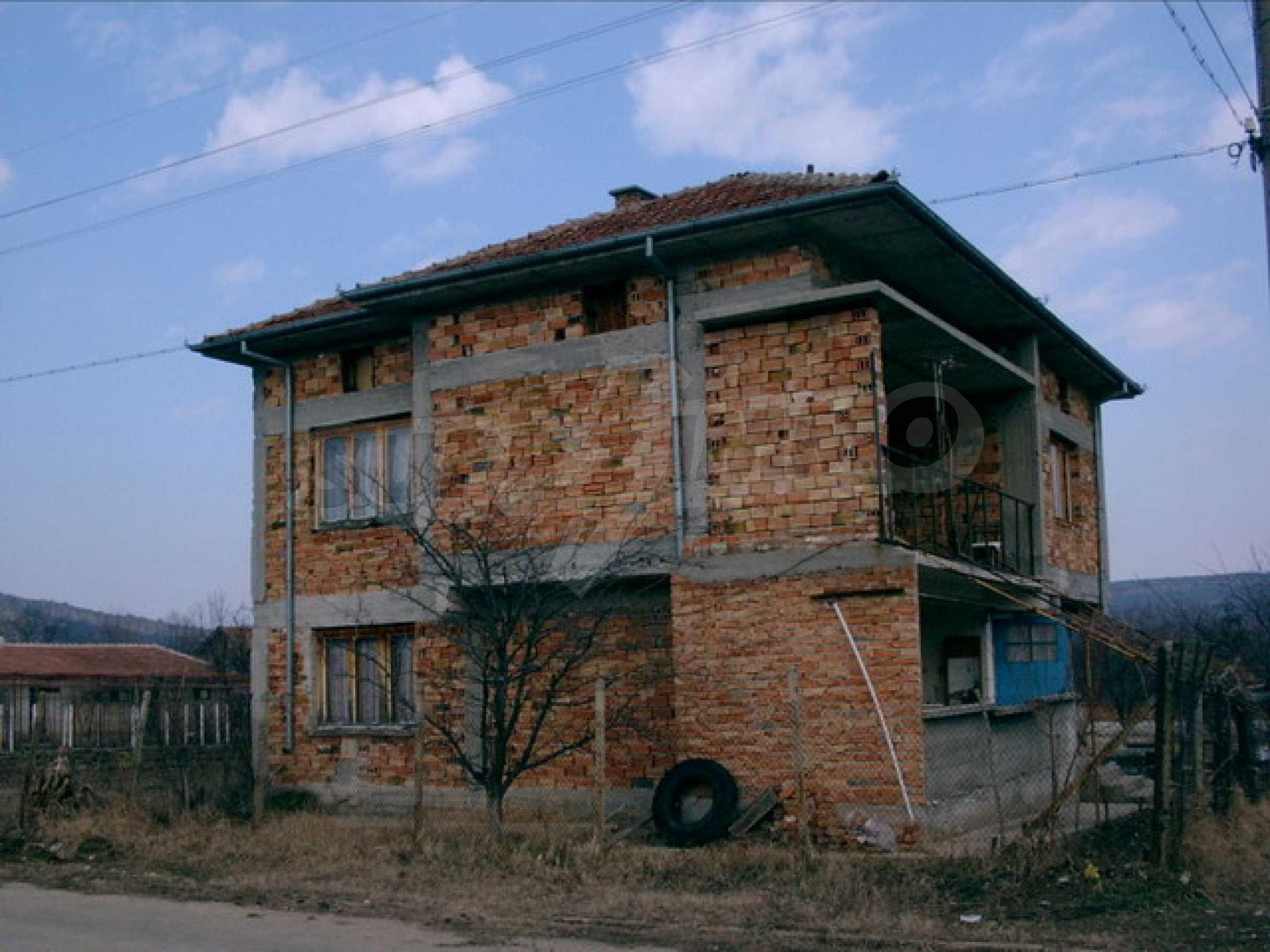 Двухэтажный дом около озера