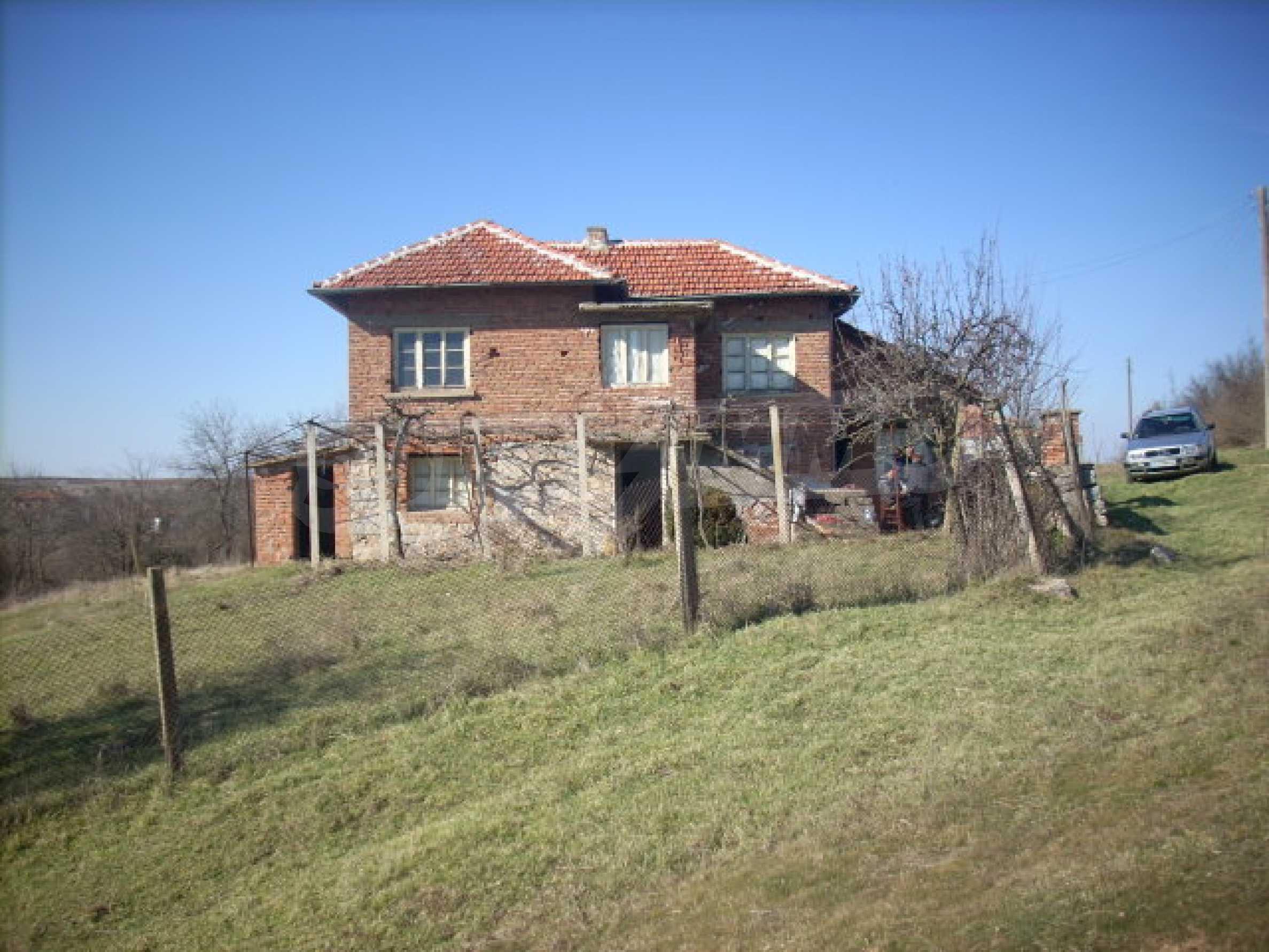Стабилна тухлена къща с огромна градина 12