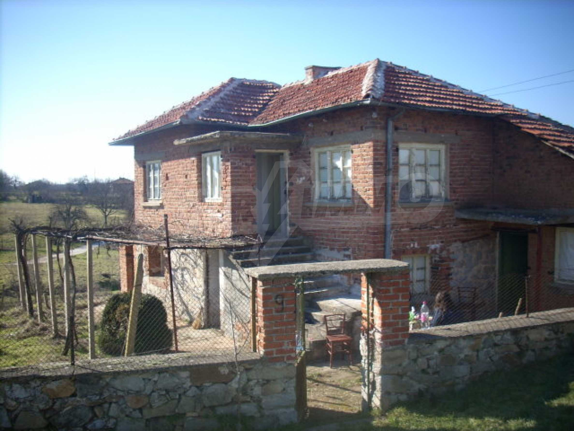 Стабилна тухлена къща с огромна градина 2