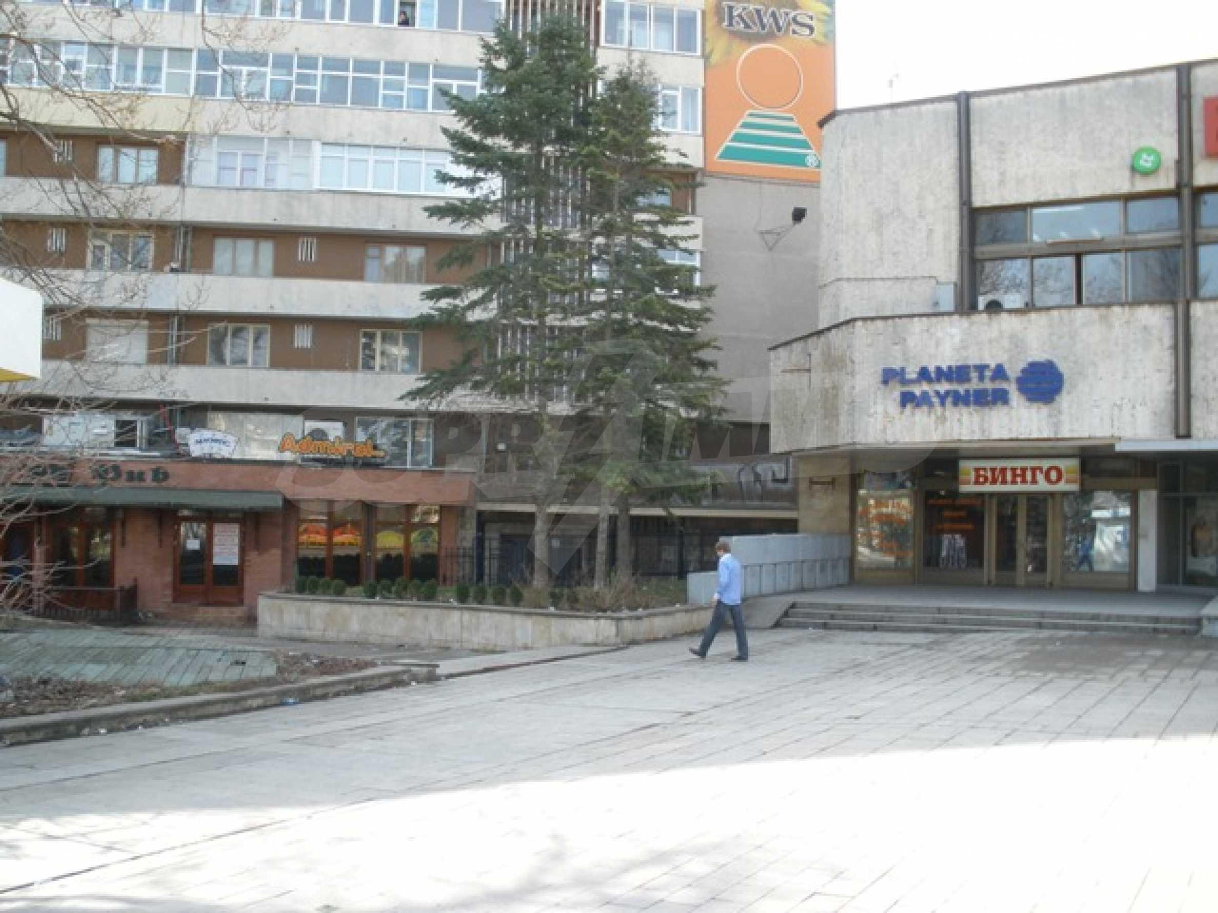 Трехэтажное торговое помещение в центре города Добрич 1