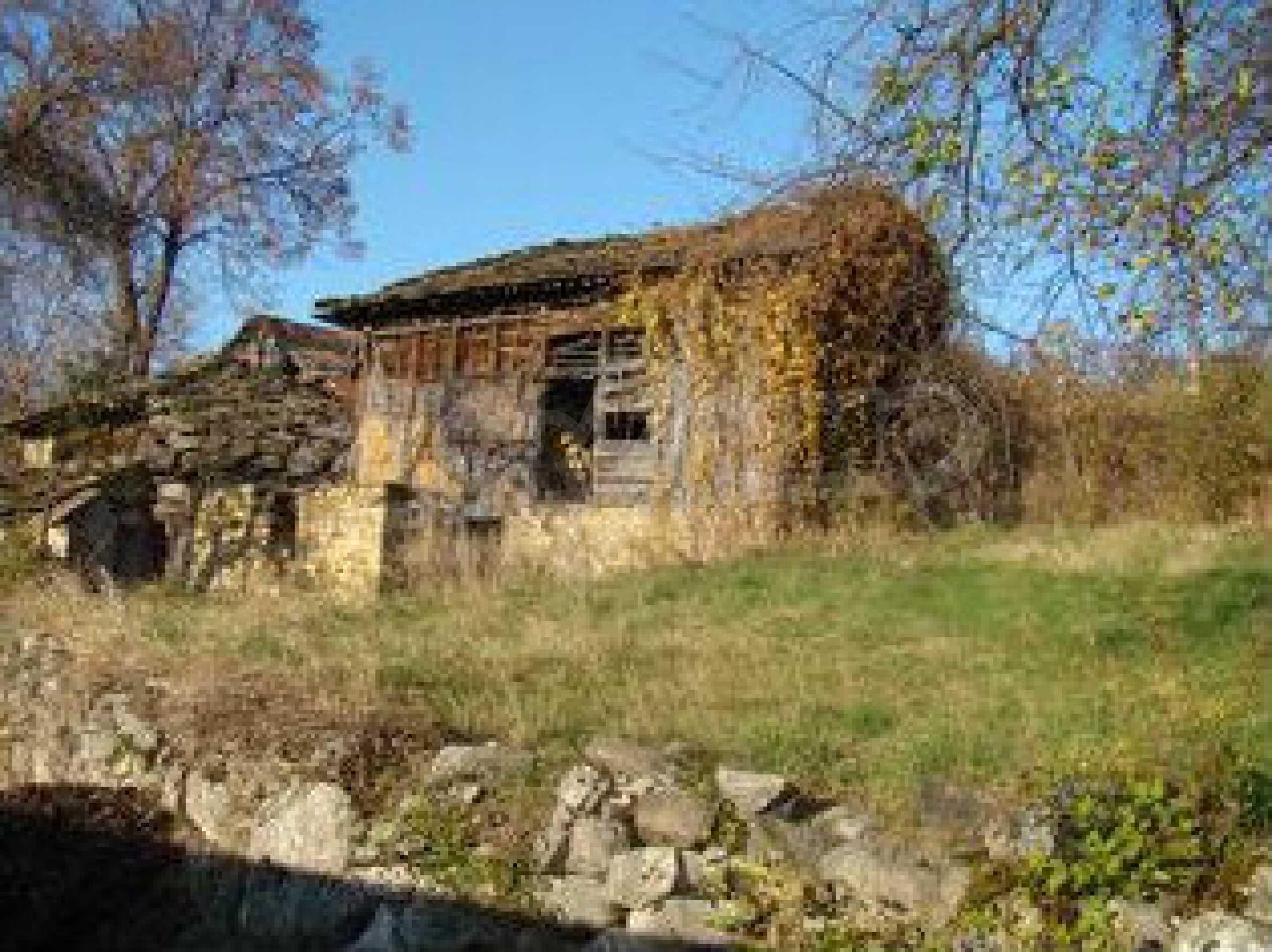 Земельный участок со старым каменным сараем в деревне в 3 км. от города Трявна
