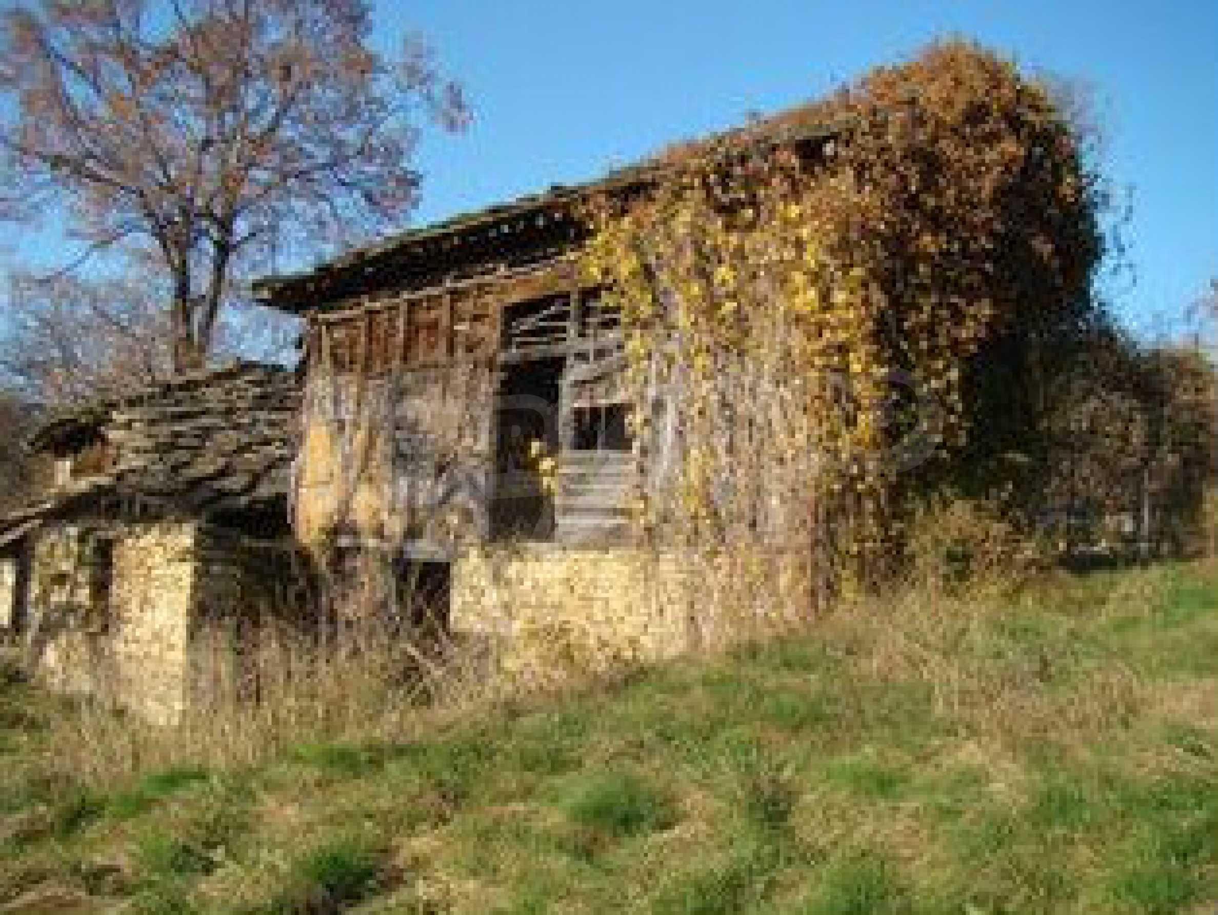 Земельный участок со старым каменным сараем в деревне в 3 км. от города Трявна 1