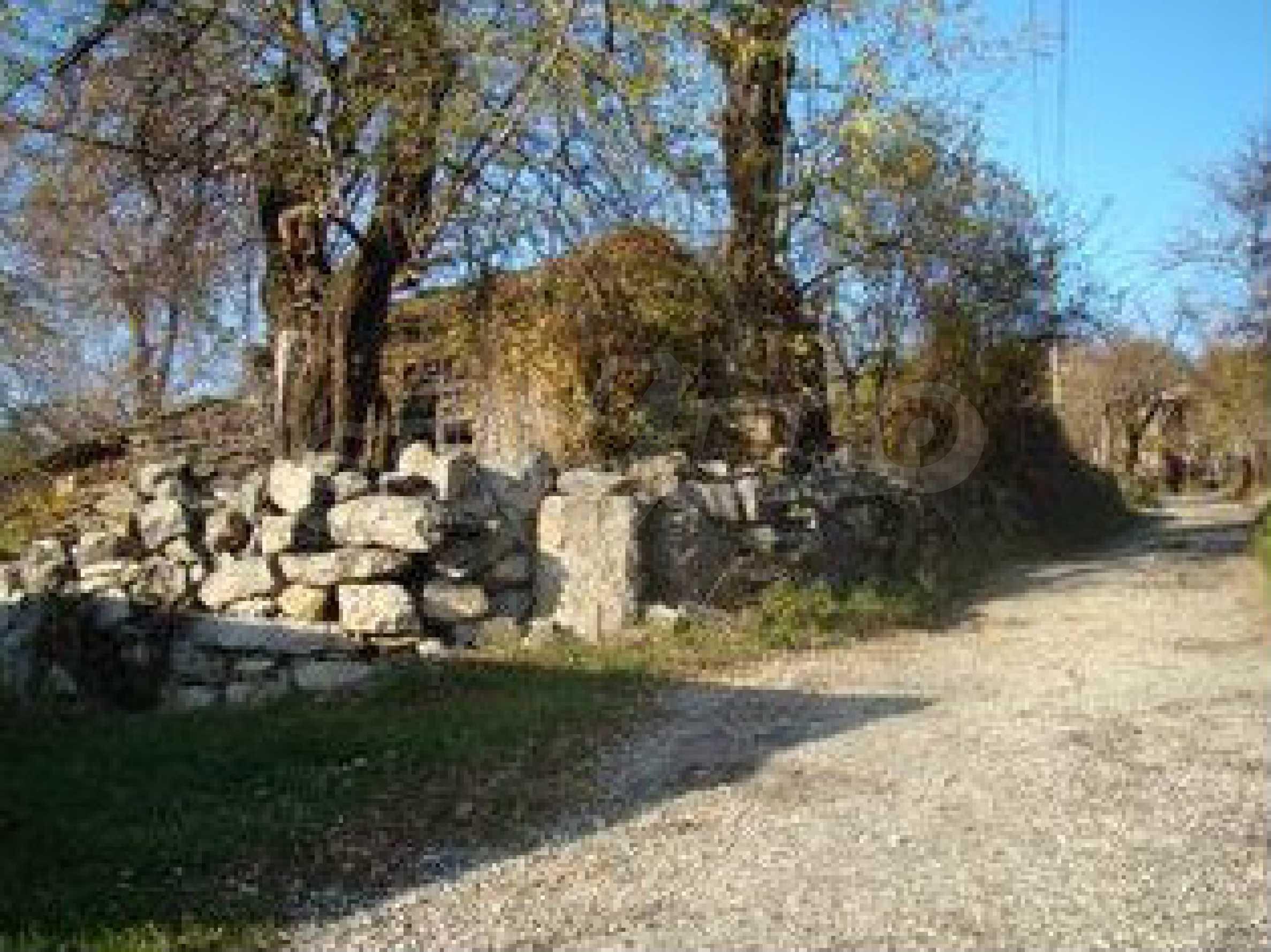Земельный участок со старым каменным сараем в деревне в 3 км. от города Трявна 2
