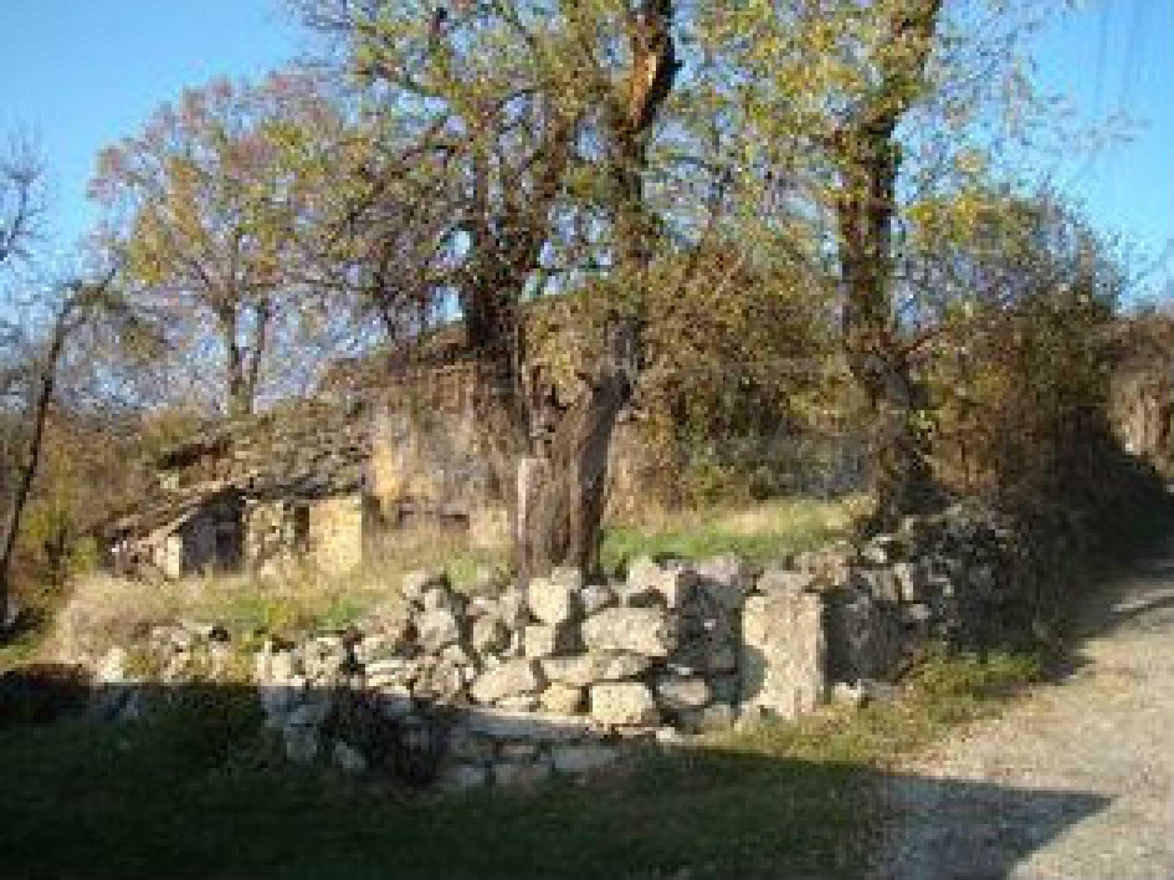 Земельный участок со старым каменным сараем в деревне в 3 км. от города Трявна 4