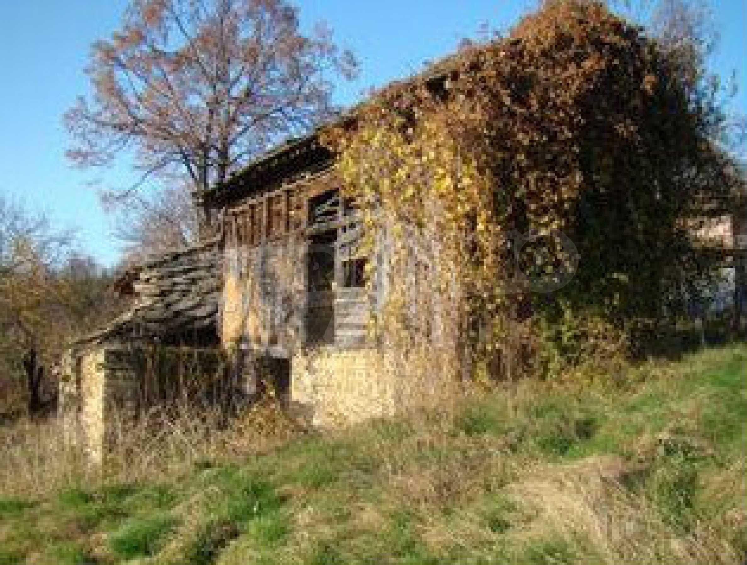 Земельный участок со старым каменным сараем в деревне в 3 км. от города Трявна 5