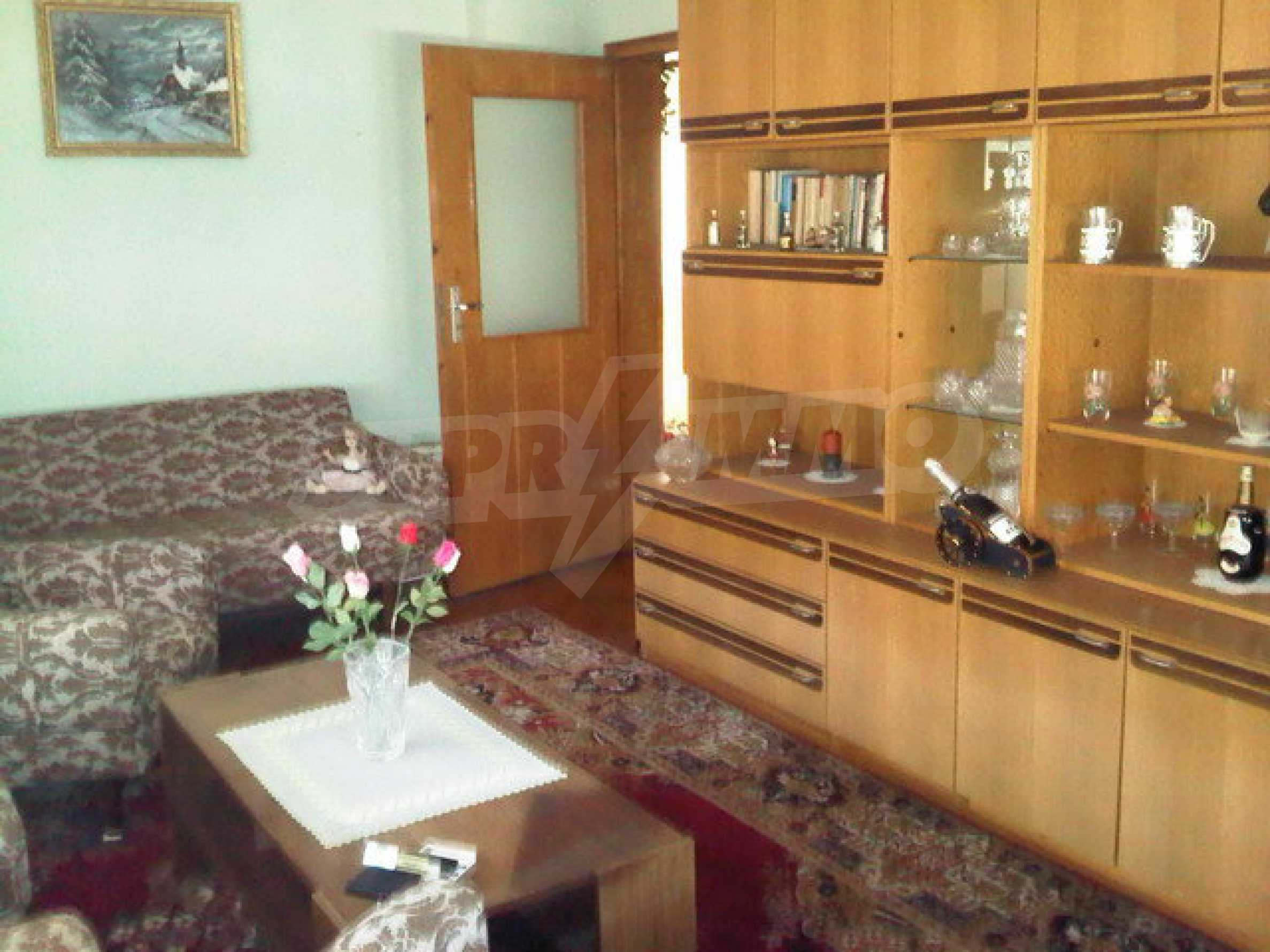 Nice apartment on the second floor of the building near the center of Sevlievo 9