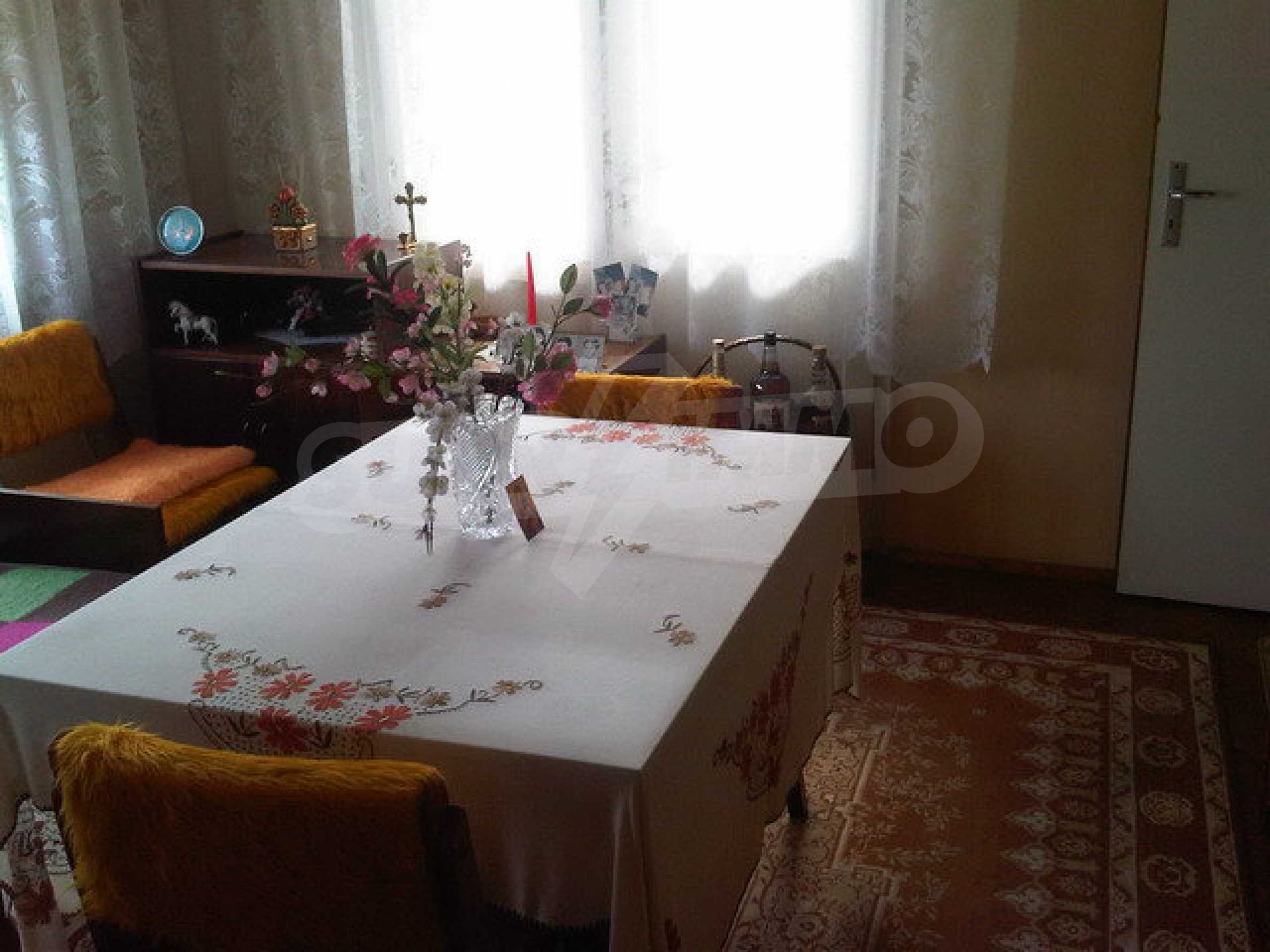 Nice apartment on the second floor of the building near the center of Sevlievo 7