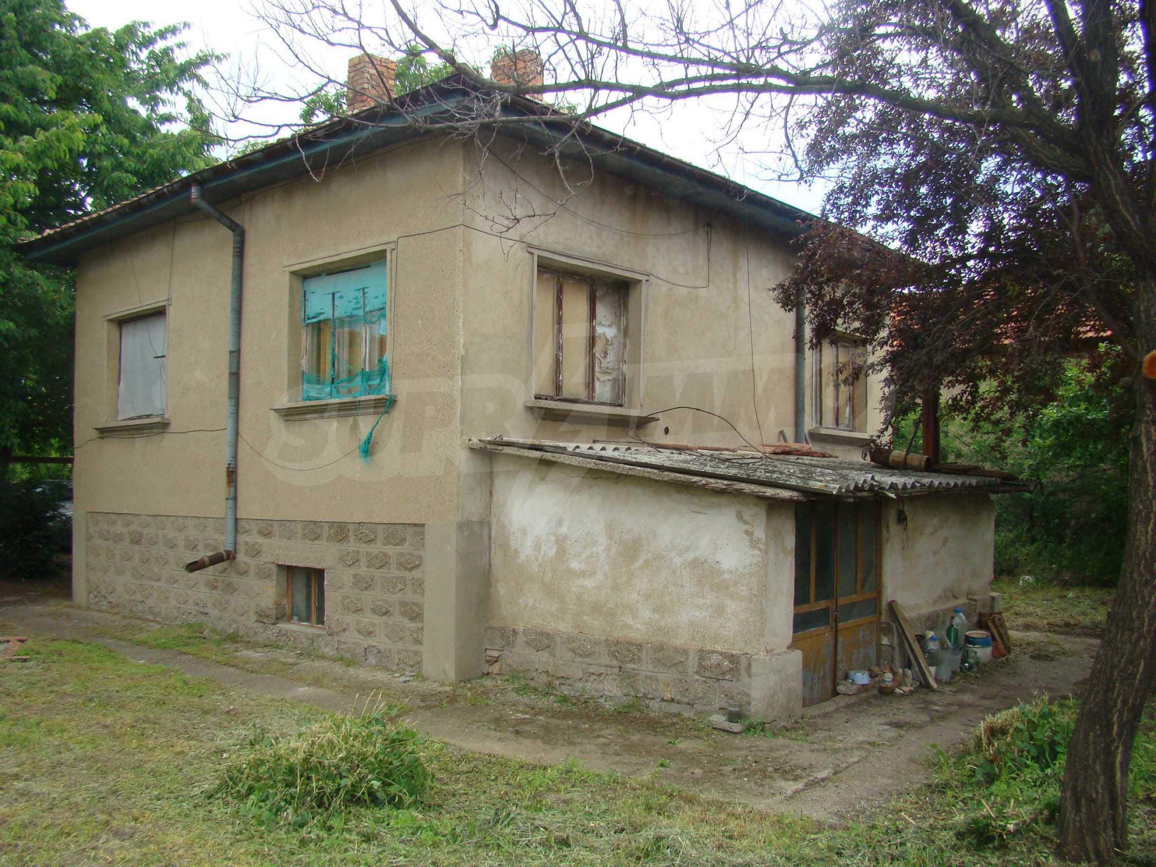 Къща с голям двор в село на брега на река Дунав