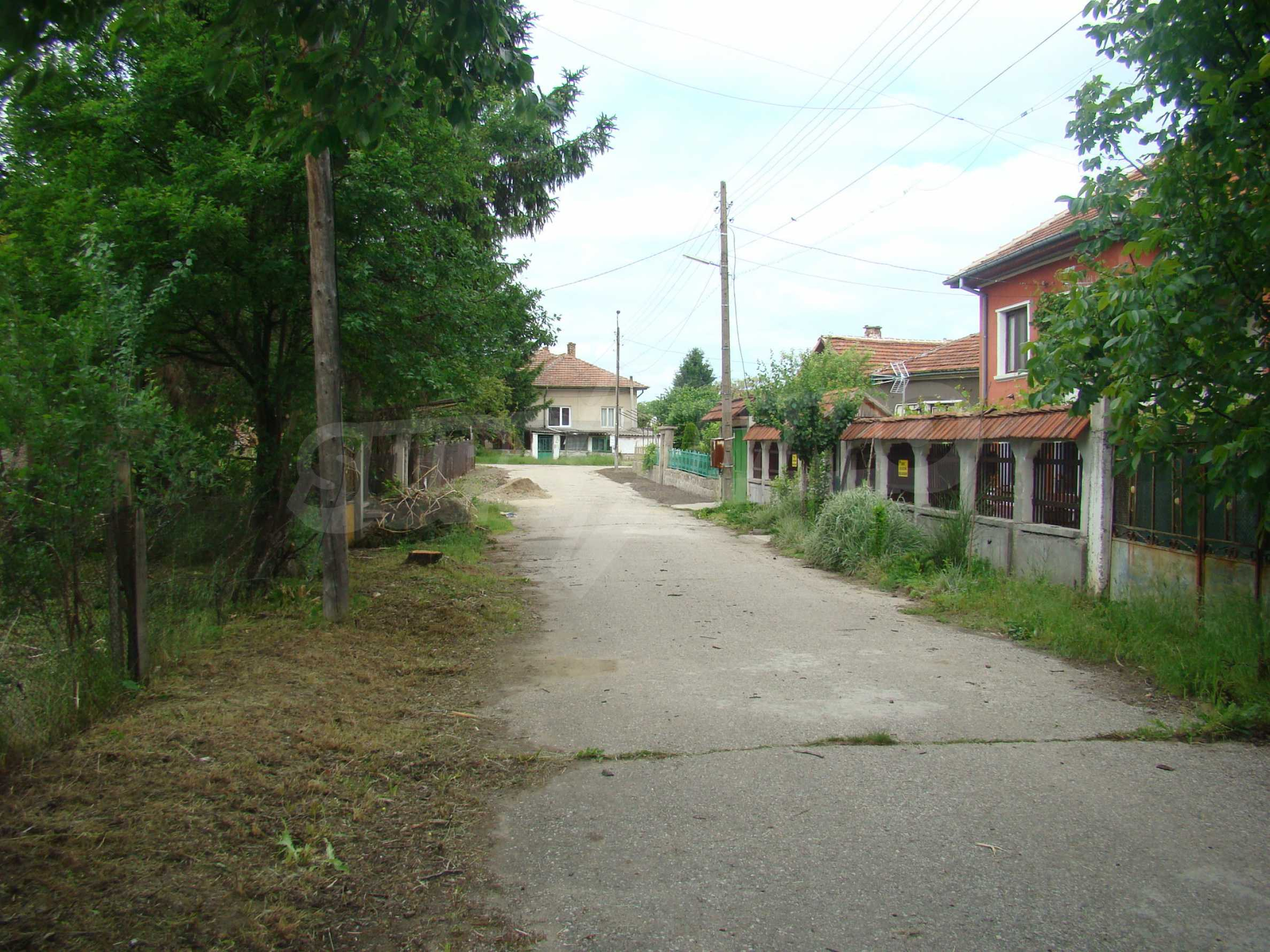 Къща с голям двор в село на брега на река Дунав 12