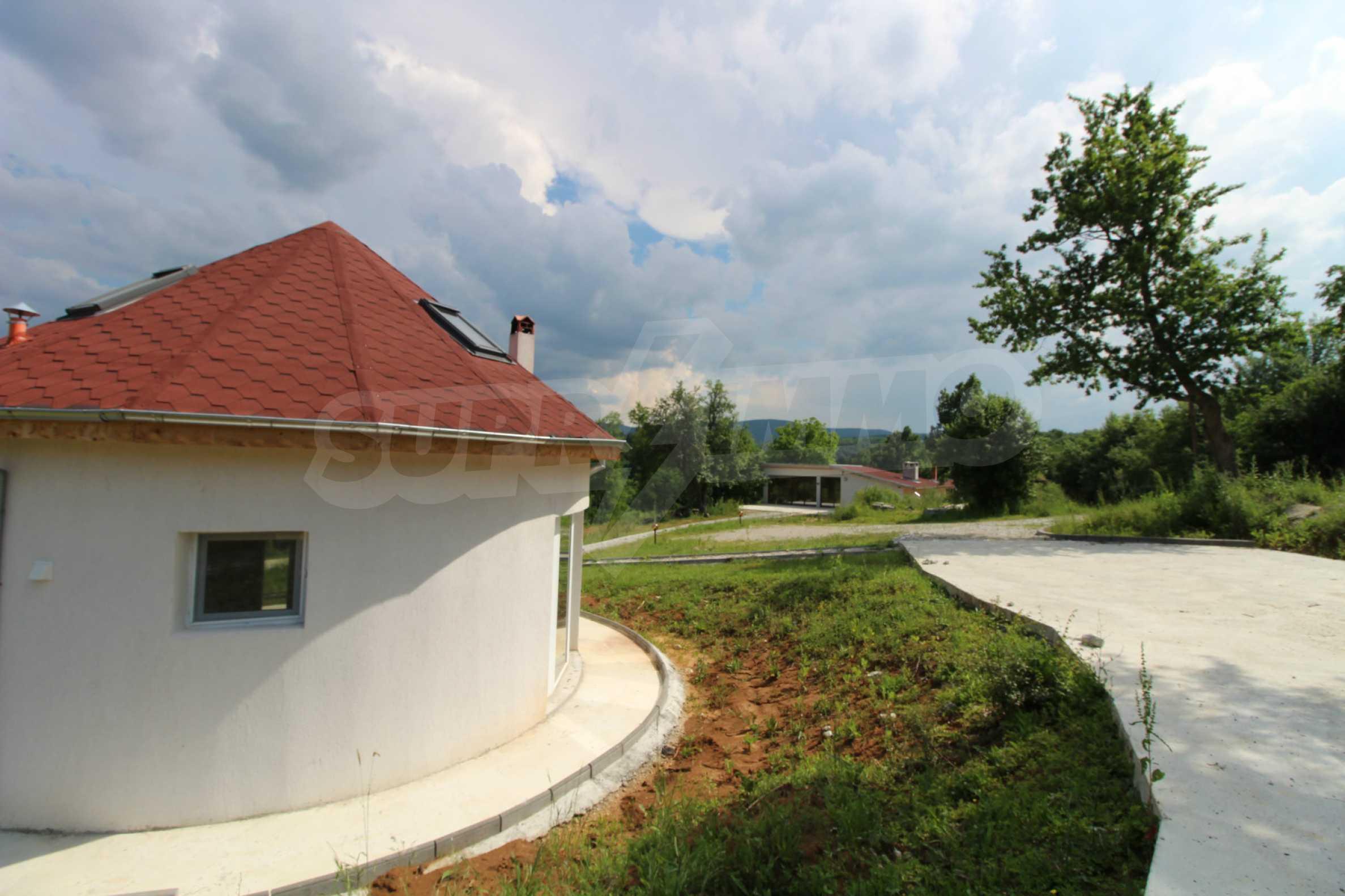Уникално вилно селище с кръгли къщи на 50 км от Велико Търново  51