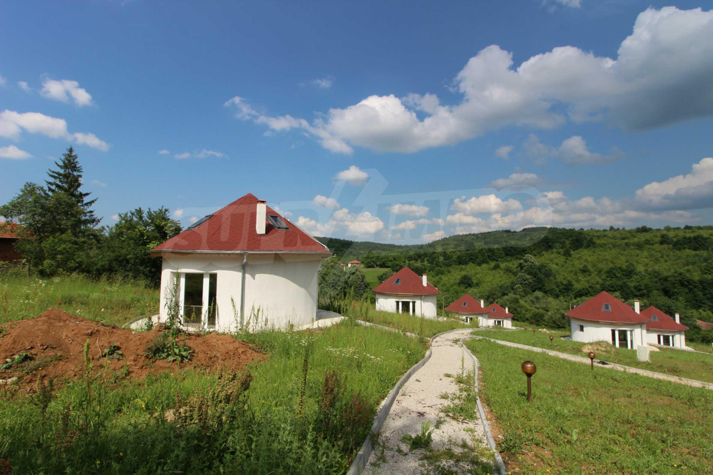 Уникално вилно селище с кръгли къщи на 50 км от Велико Търново  52