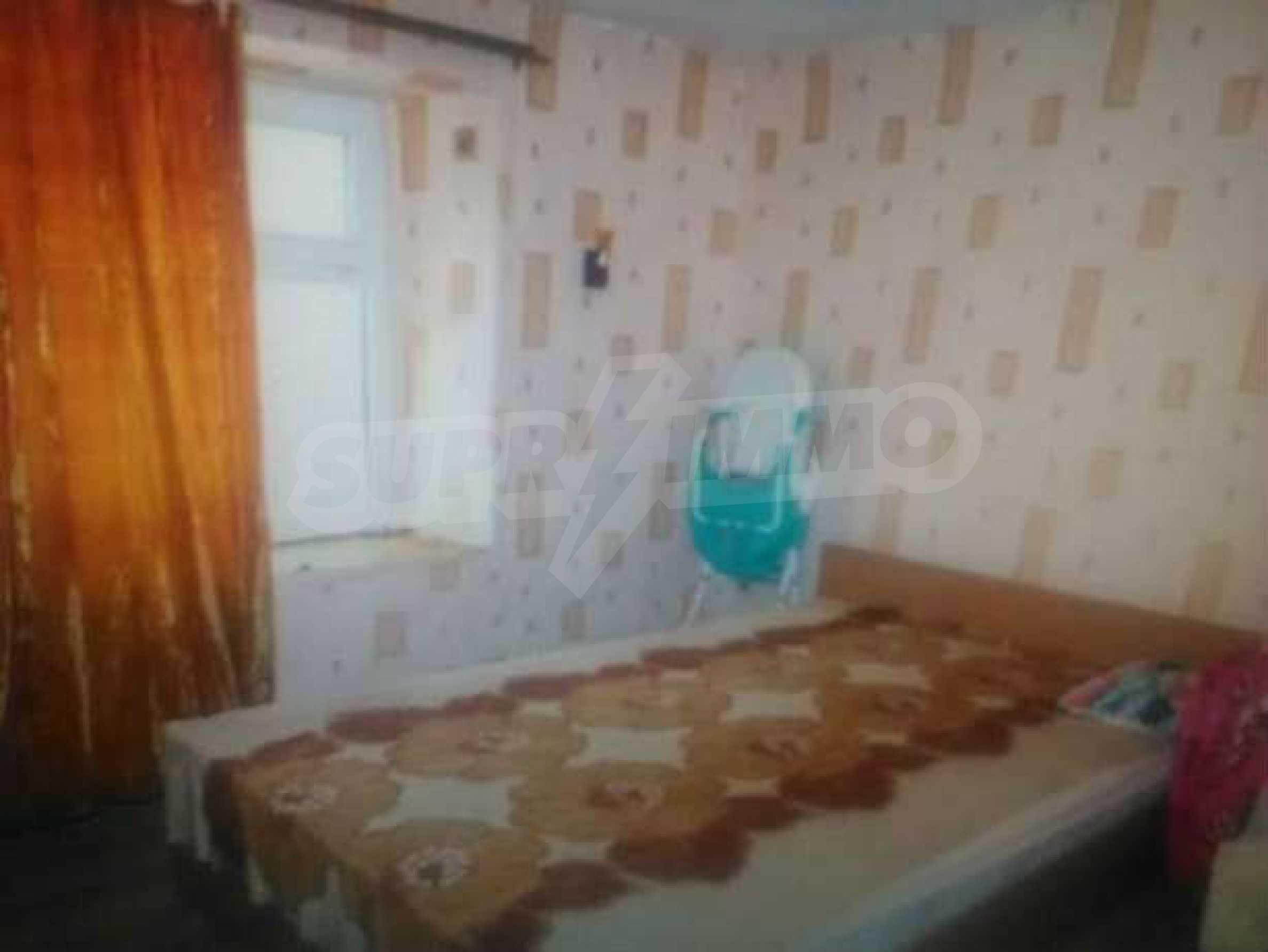 Двуетажна къща с двор в село на 3 км от град Велико Търново  5