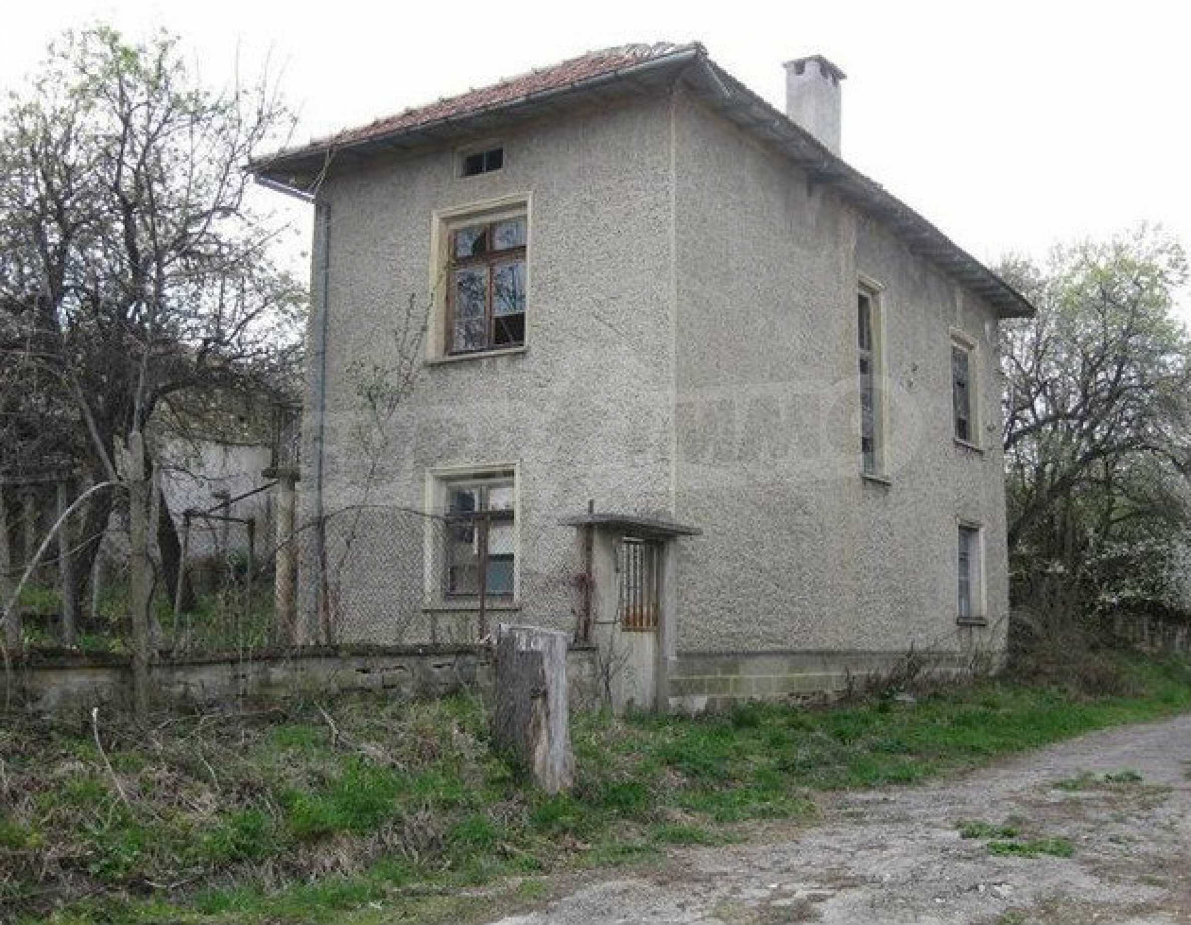 Двуетажна  къща с  голям двор в село на 30 км от В.Търново
