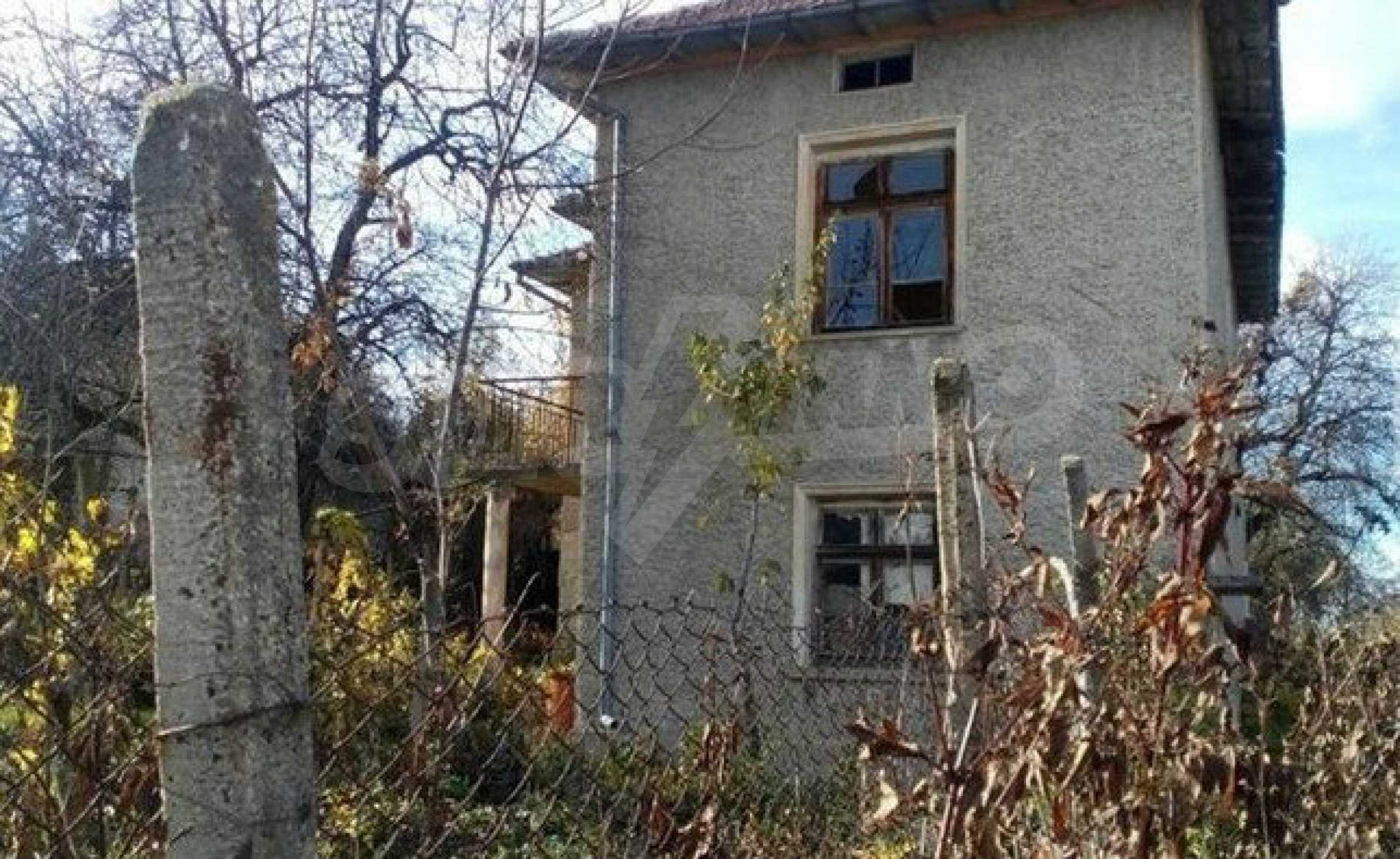 Двуетажна  къща с  голям двор в село на 30 км от В.Търново  9
