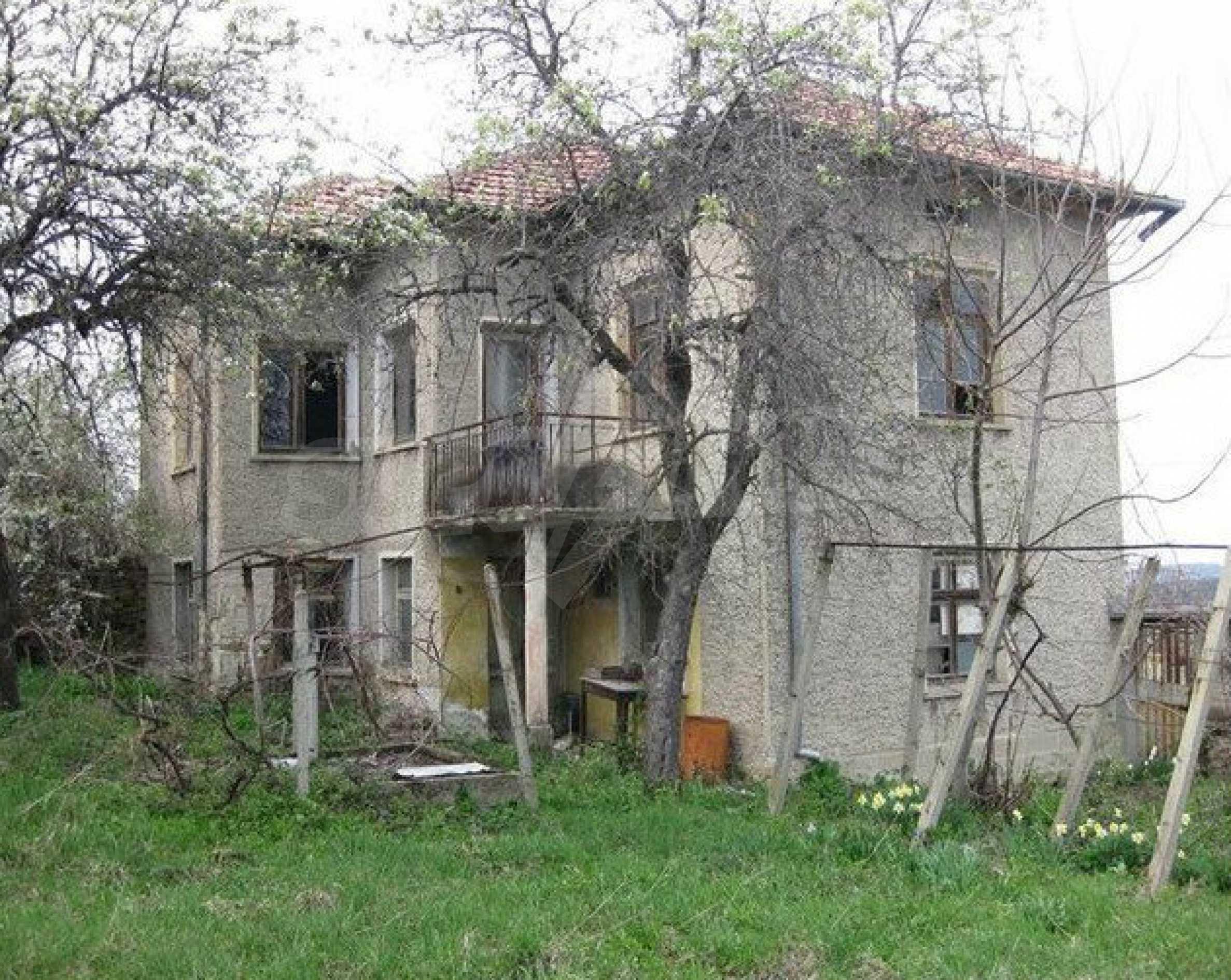 Двуетажна  къща с  голям двор в село на 30 км от В.Търново  10