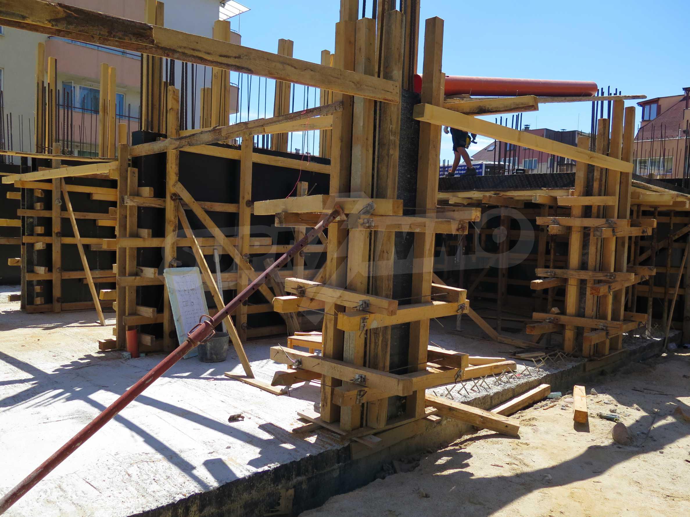Новострояща се сграда с гаражи в добре развит квартал на София 13
