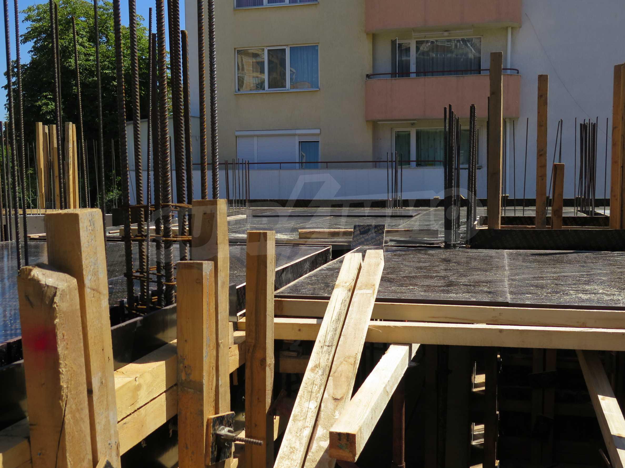 Новострояща се сграда с гаражи в добре развит квартал на София 6
