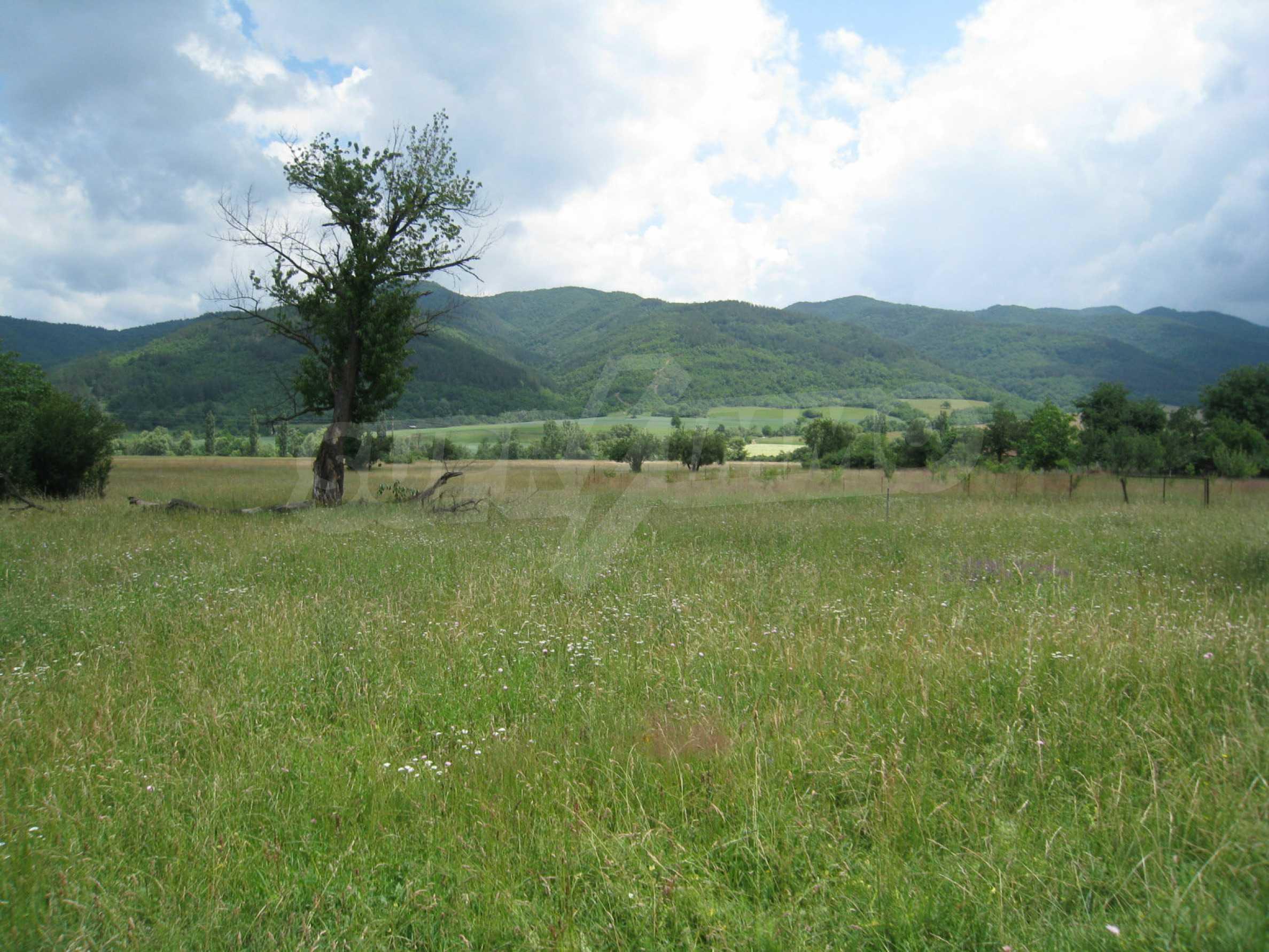 Reguliertes Grundstück mit Blick auf die Berge in der Nähe von Pravets