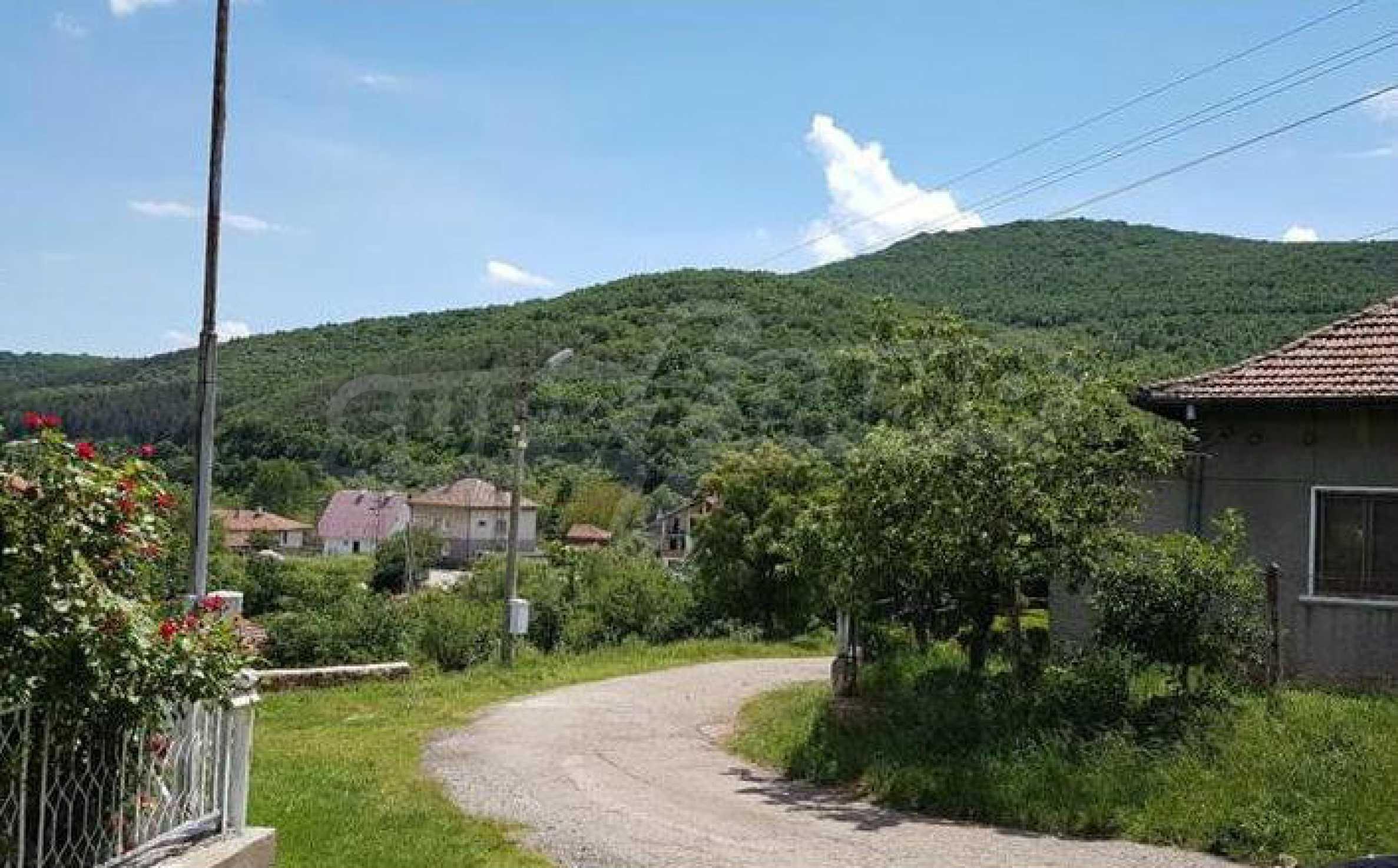 Къща в живописен район на 40 км от София 2