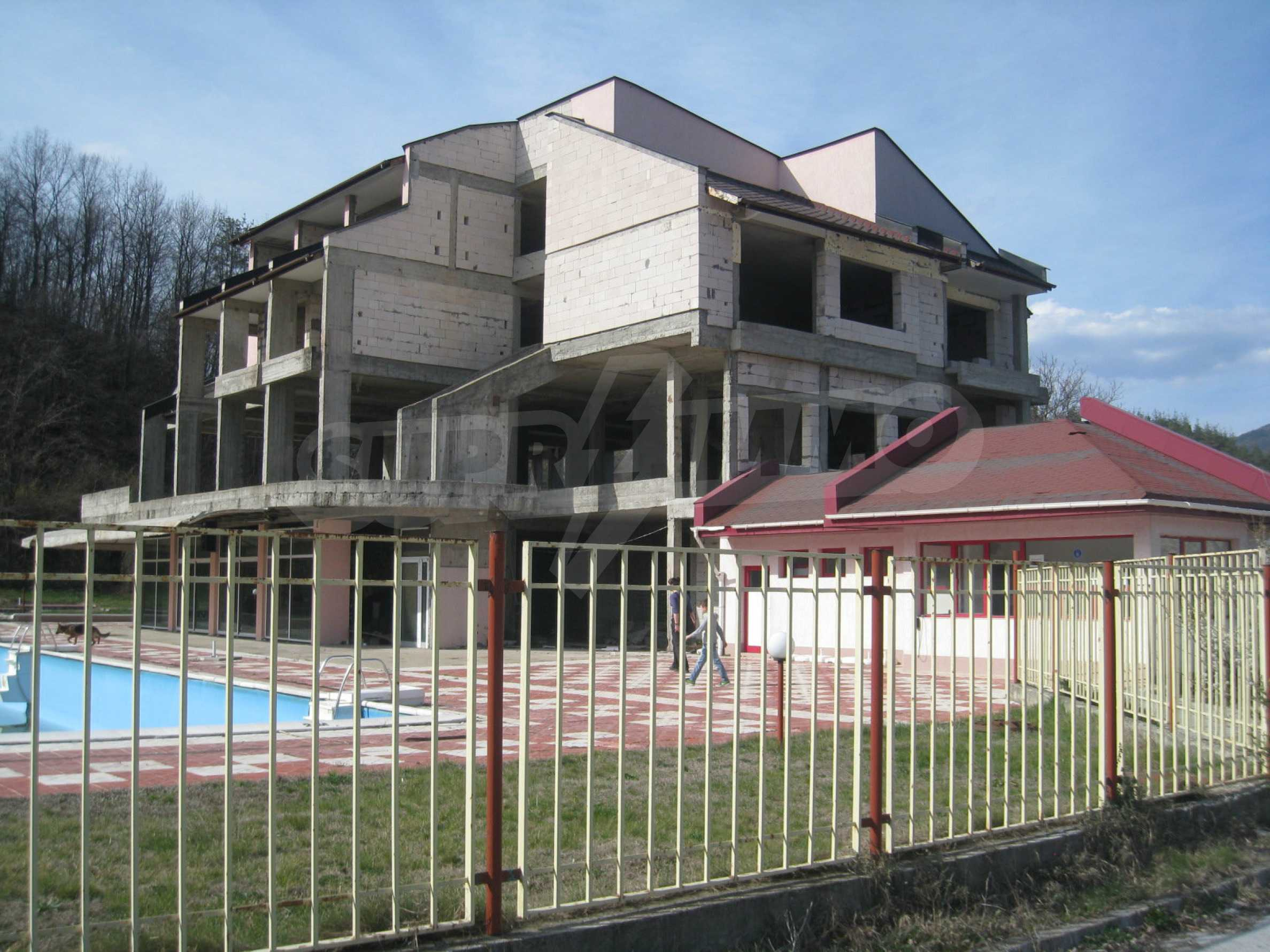Hotelanlage mit Schwimmbad, Tankstelle und großem Grundstück in Etropole