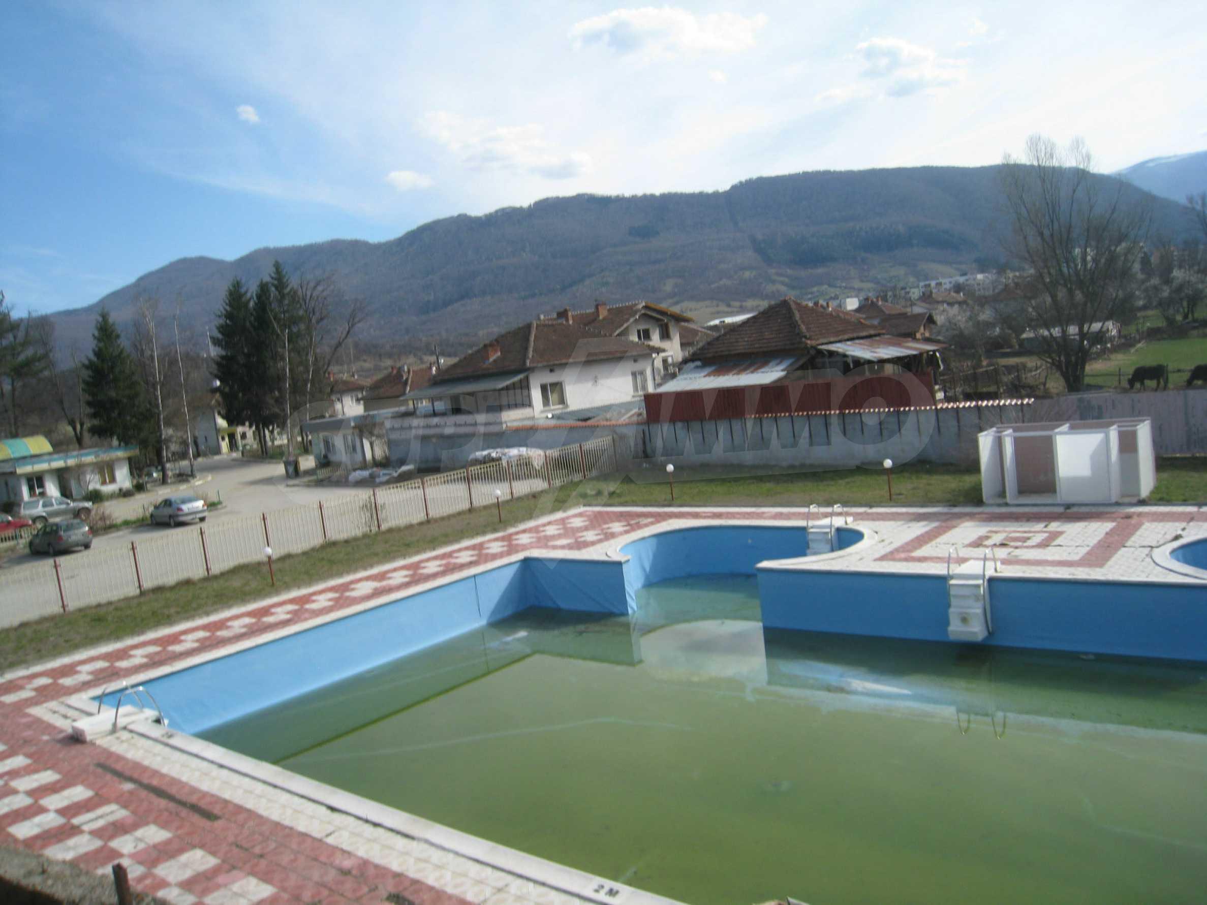 Hotelanlage mit Schwimmbad, Tankstelle und großem Grundstück in Etropole 10