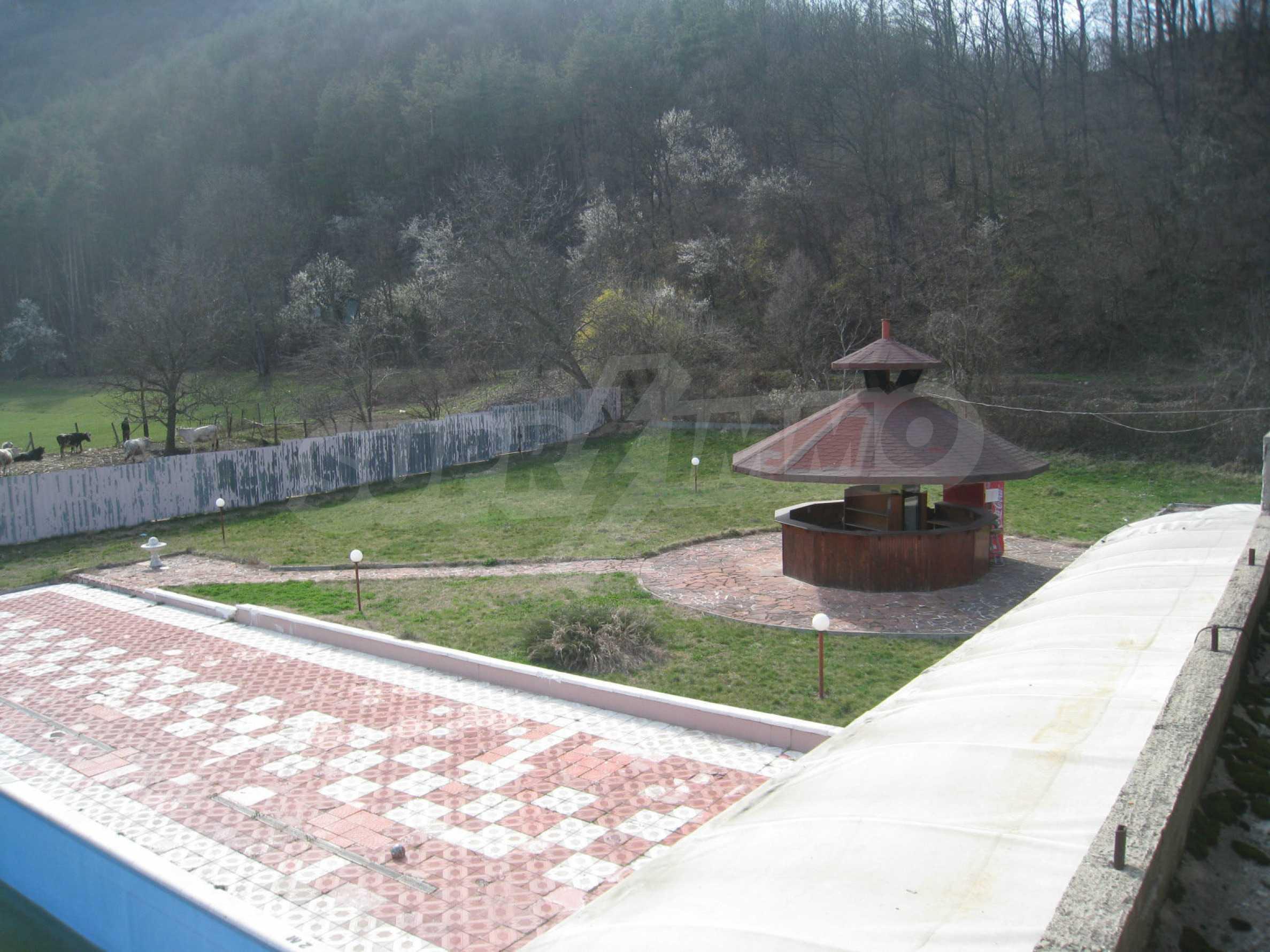 Hotelanlage mit Schwimmbad, Tankstelle und großem Grundstück in Etropole 11