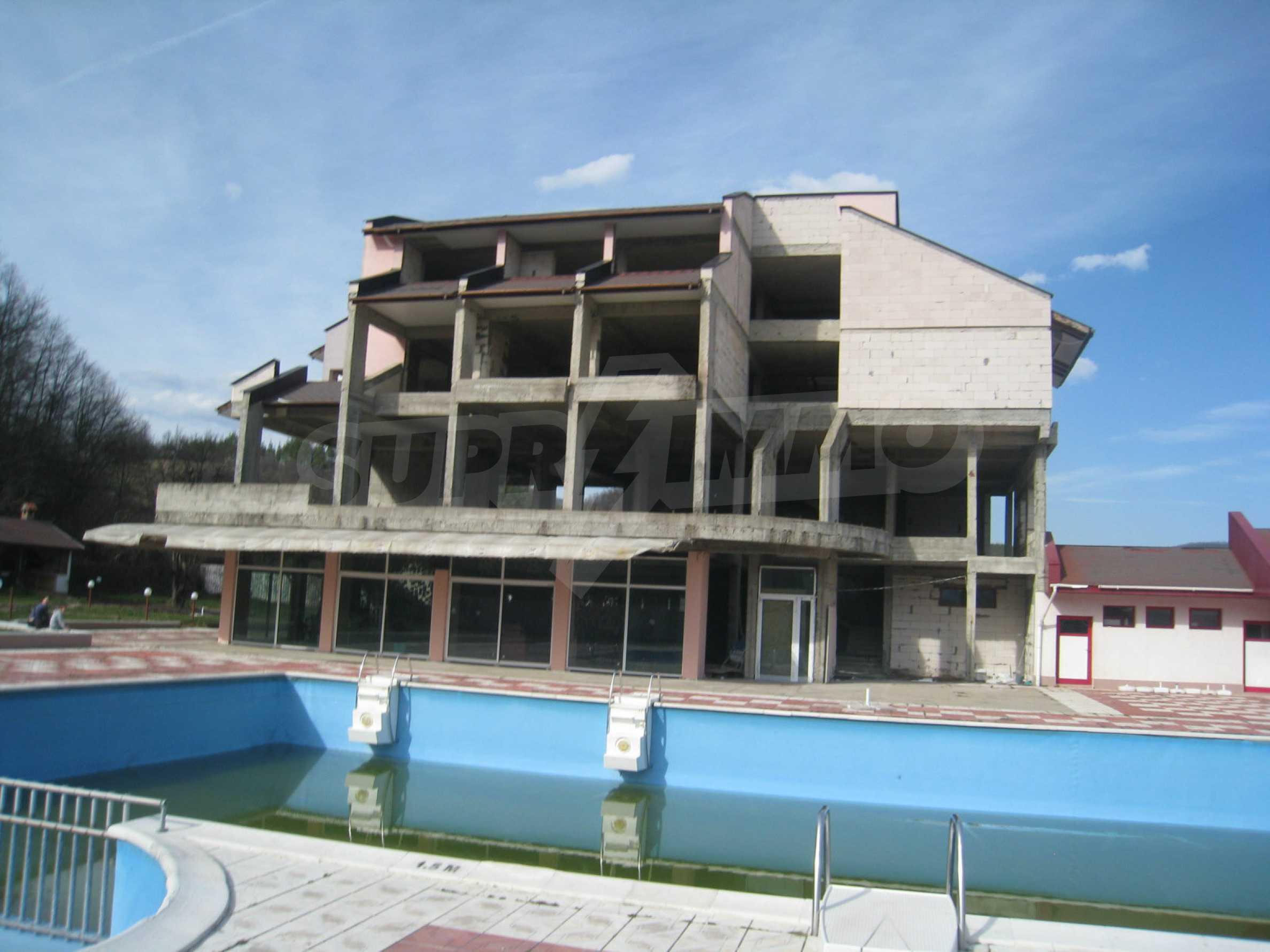 Hotelanlage mit Schwimmbad, Tankstelle und großem Grundstück in Etropole 1