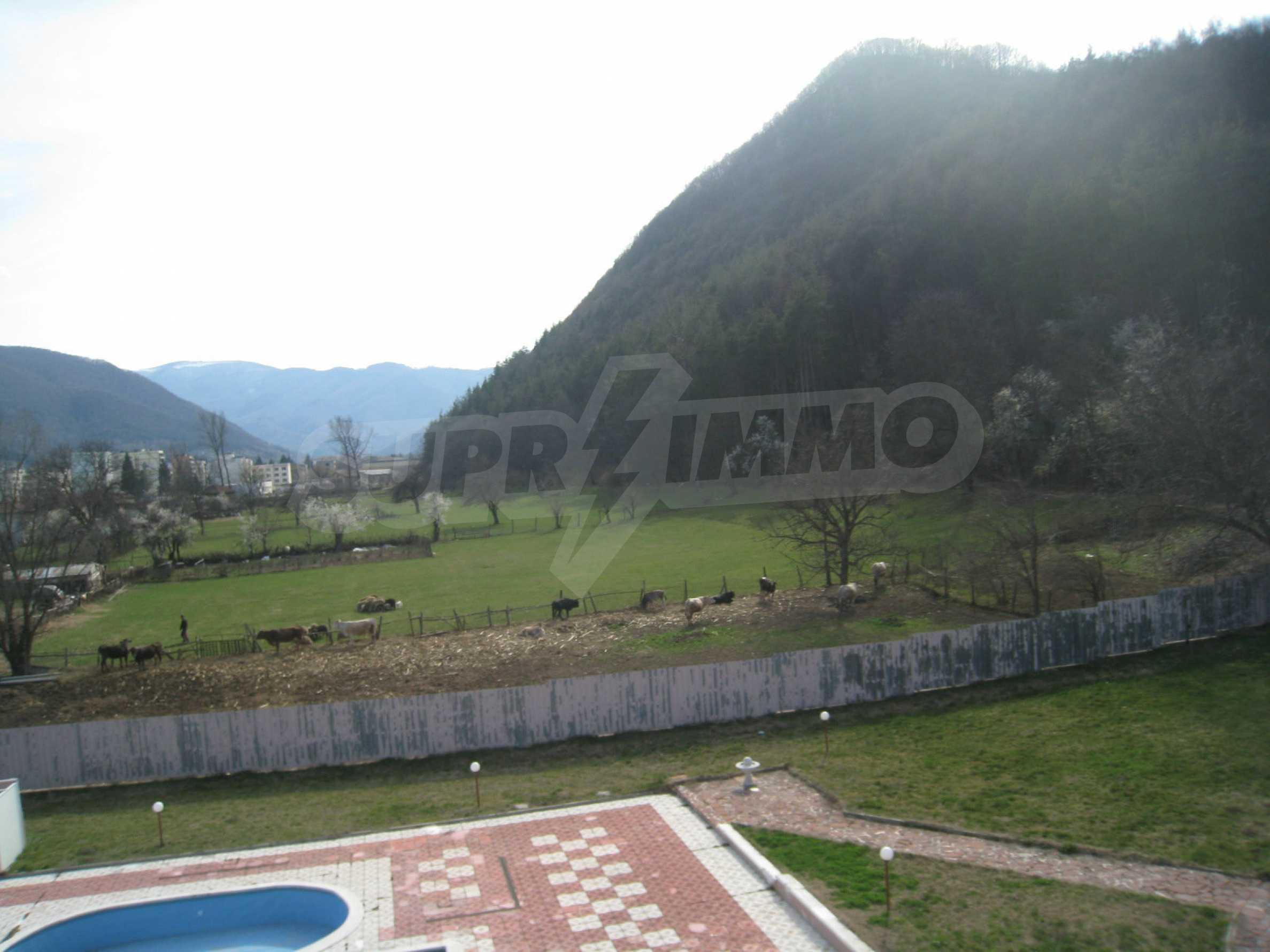 Hotelanlage mit Schwimmbad, Tankstelle und großem Grundstück in Etropole 21